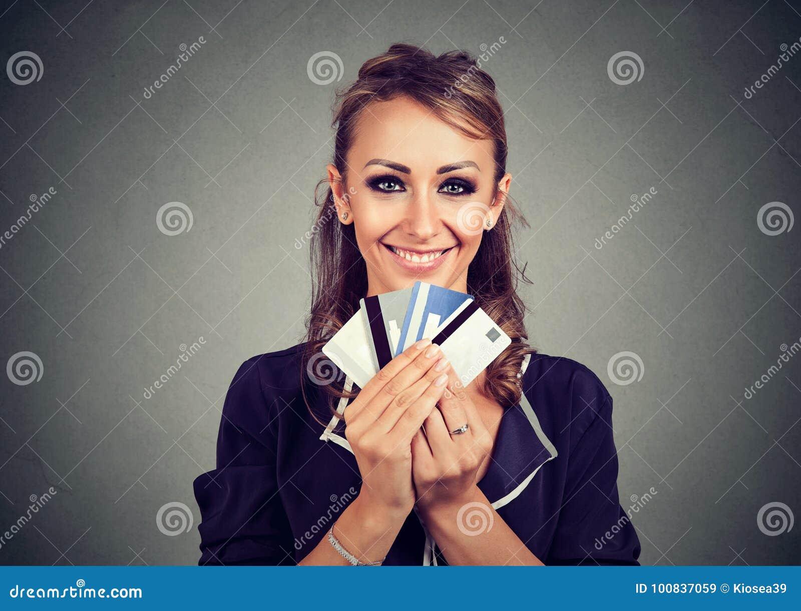 Kobieta z wiele różnymi kredytowymi lojalność rabata kartami