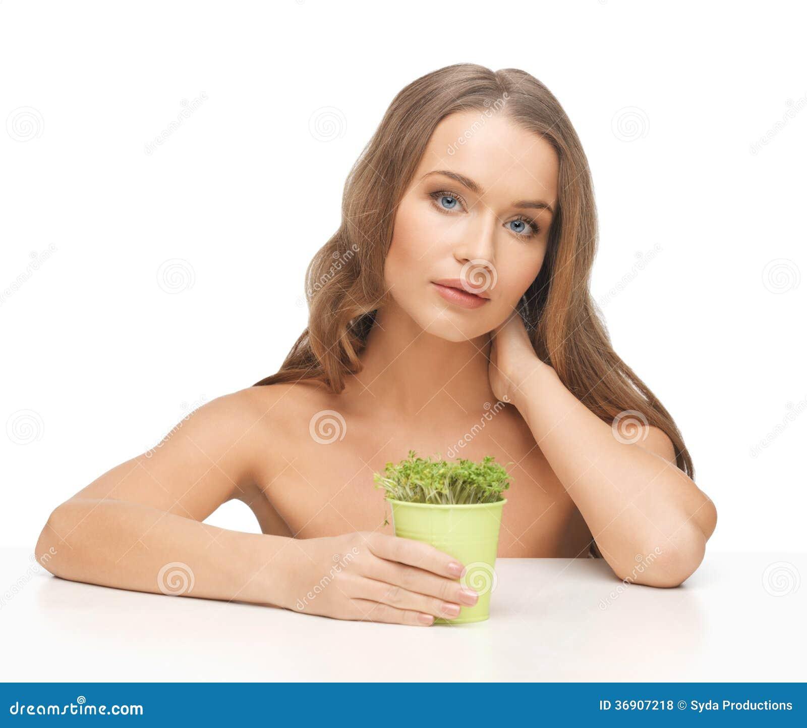 Kobieta z zieloną trawą