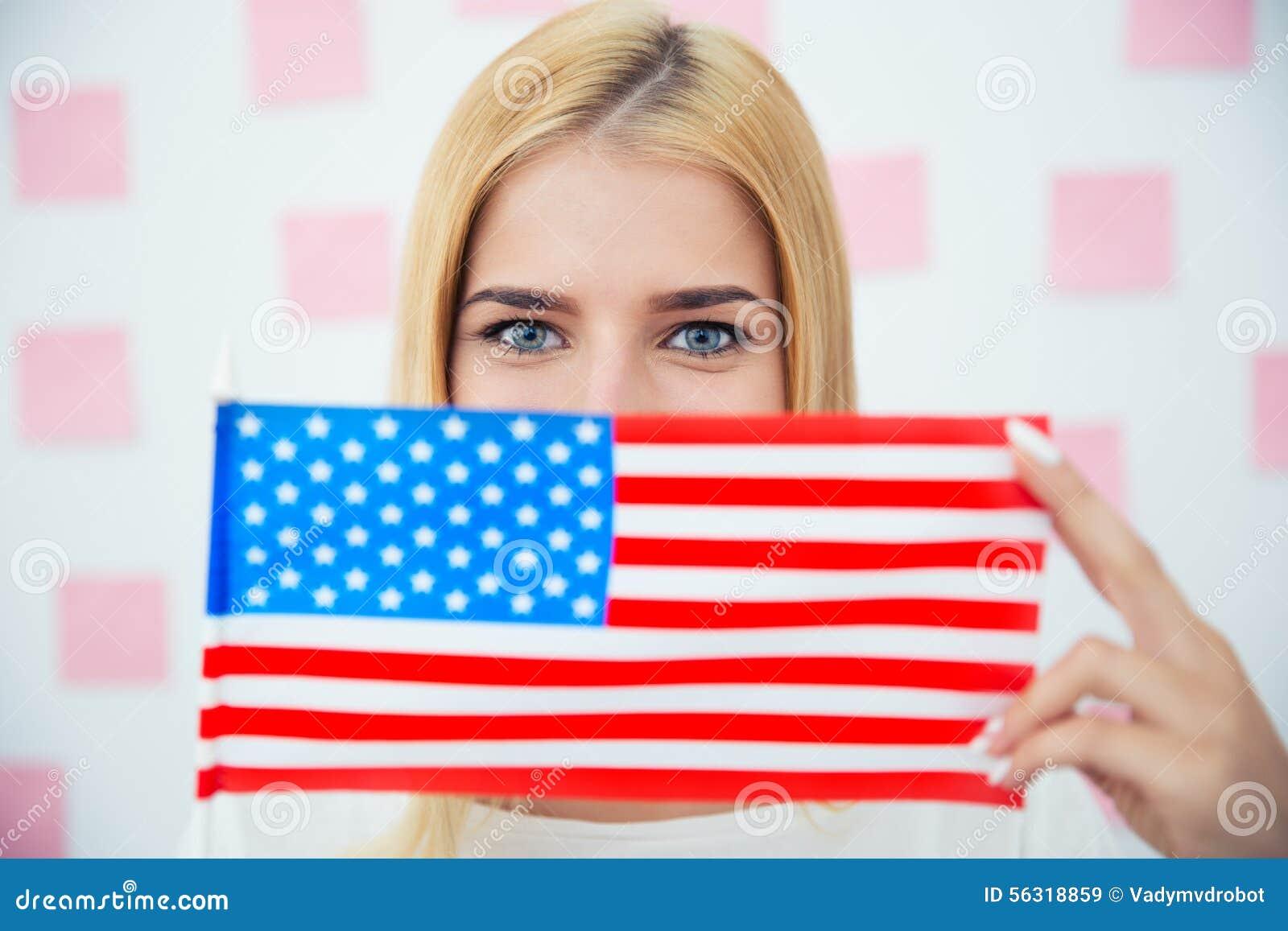 Kobieta zakrywa jej twarz z usa flaga