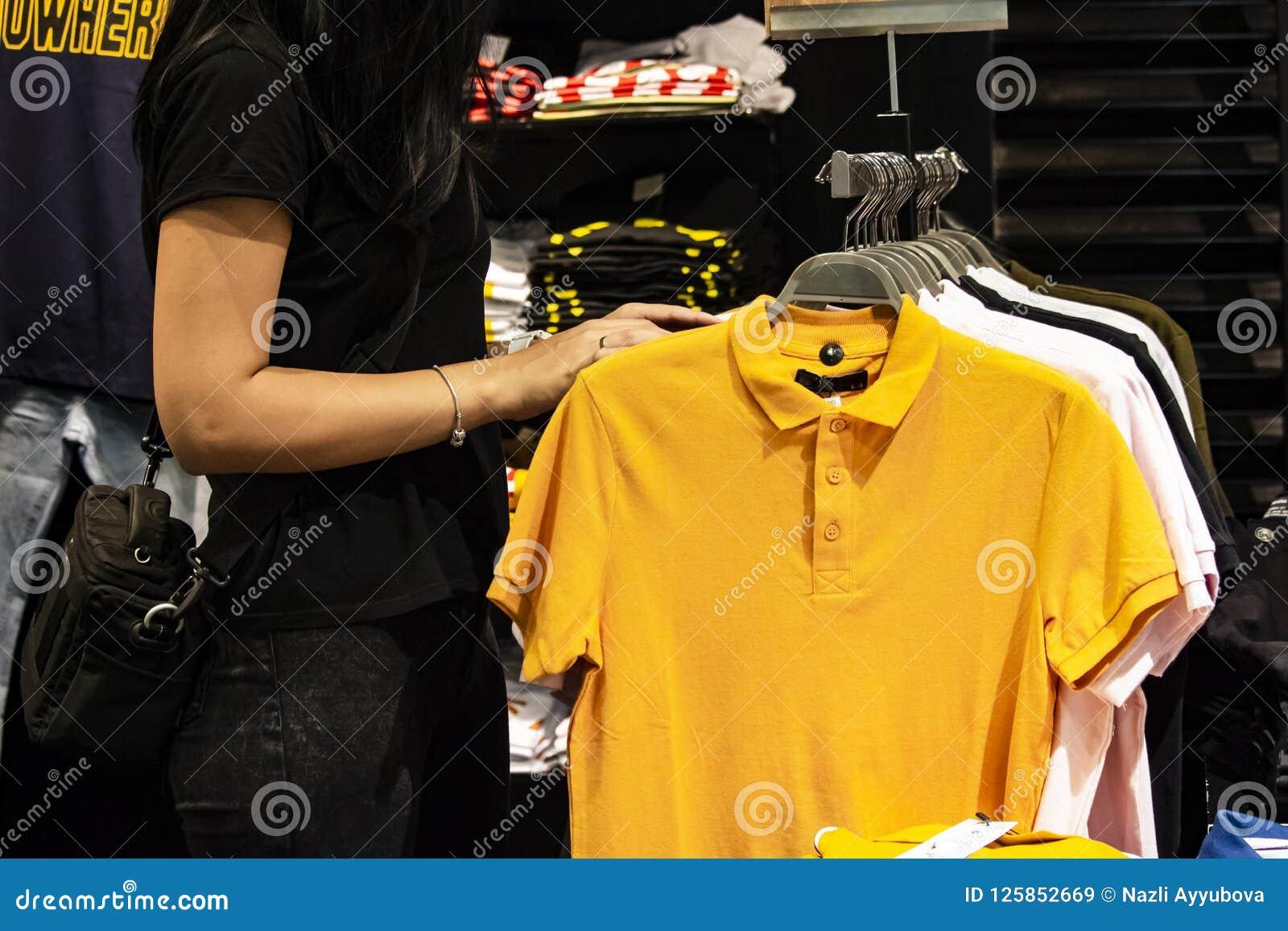 Kobieta zakupy dla odziewa na Black Friday