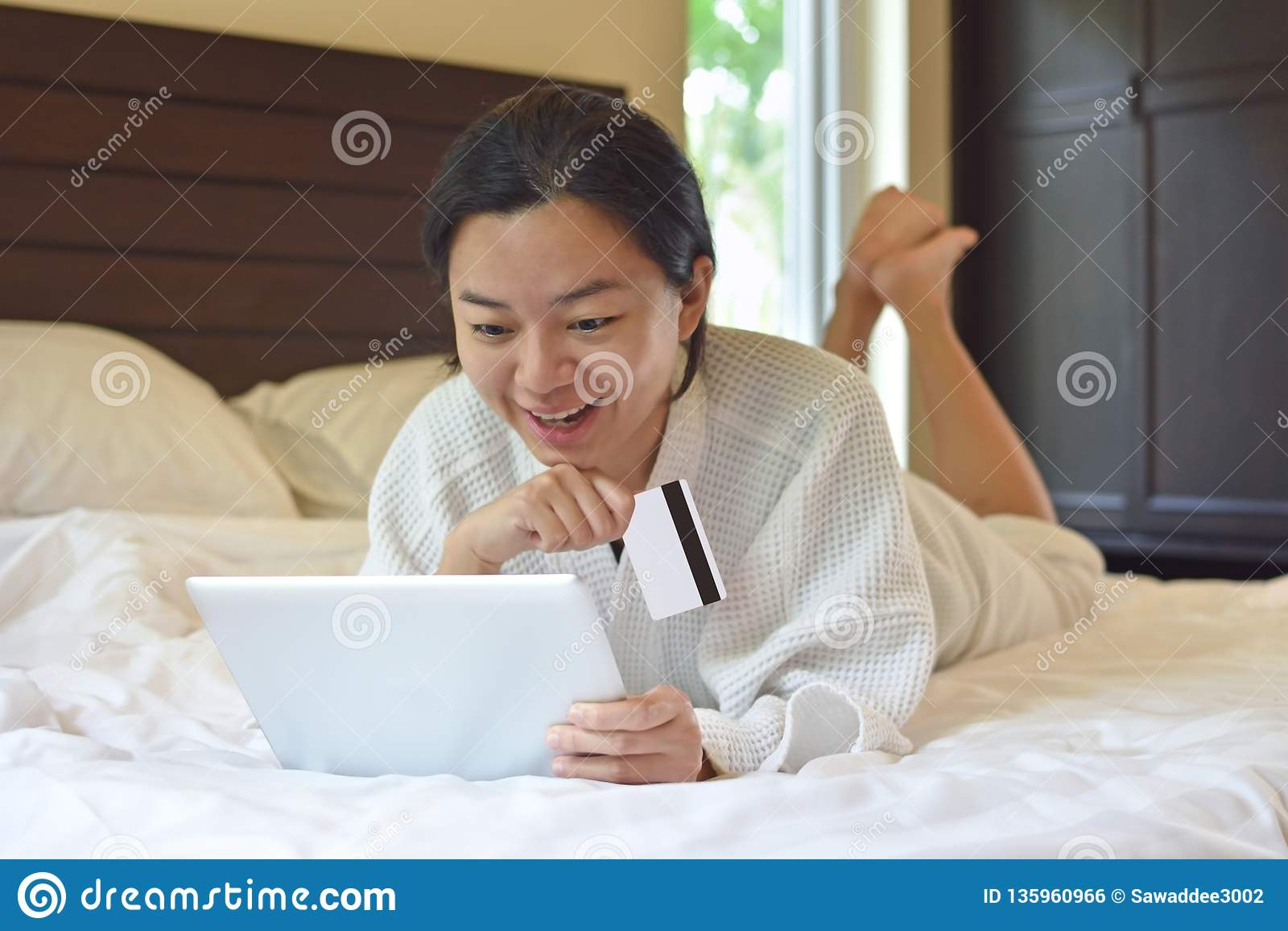 Kobieta zakupy online, zapłata z laptopem i