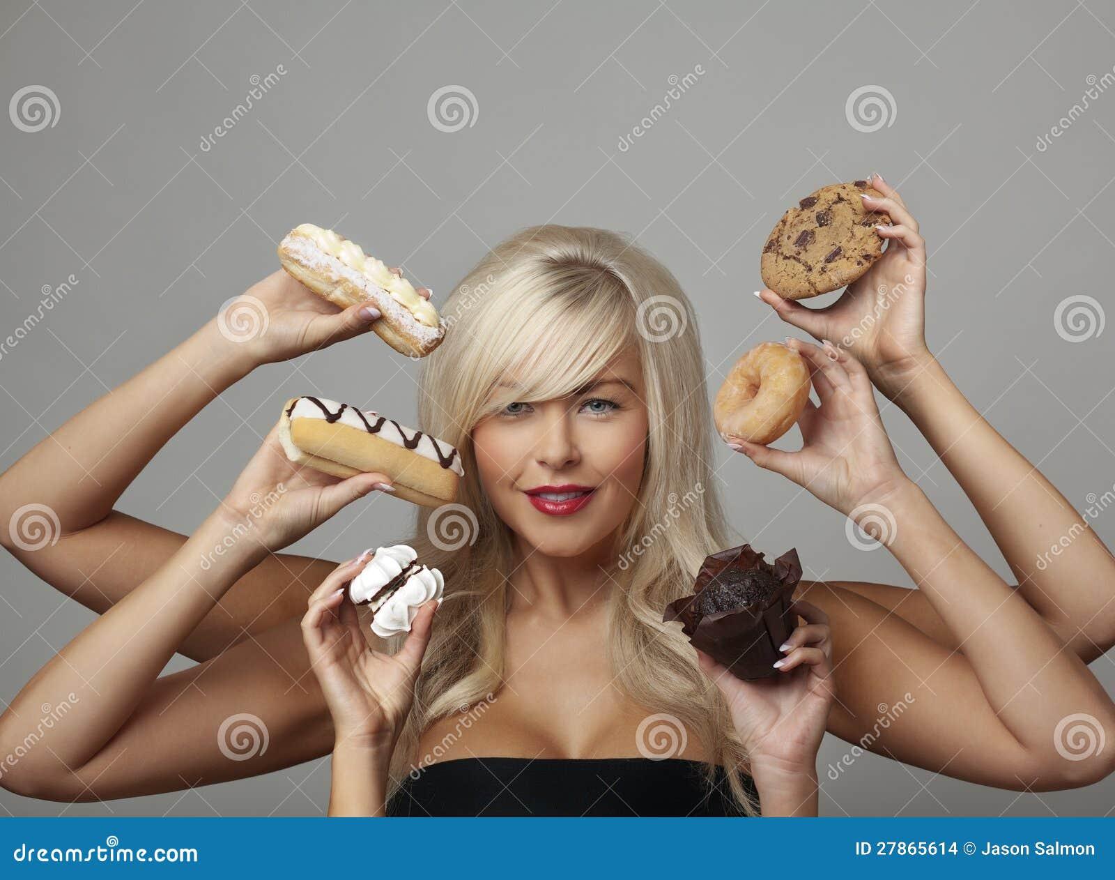 Kobiety łasowania śmietanki torty