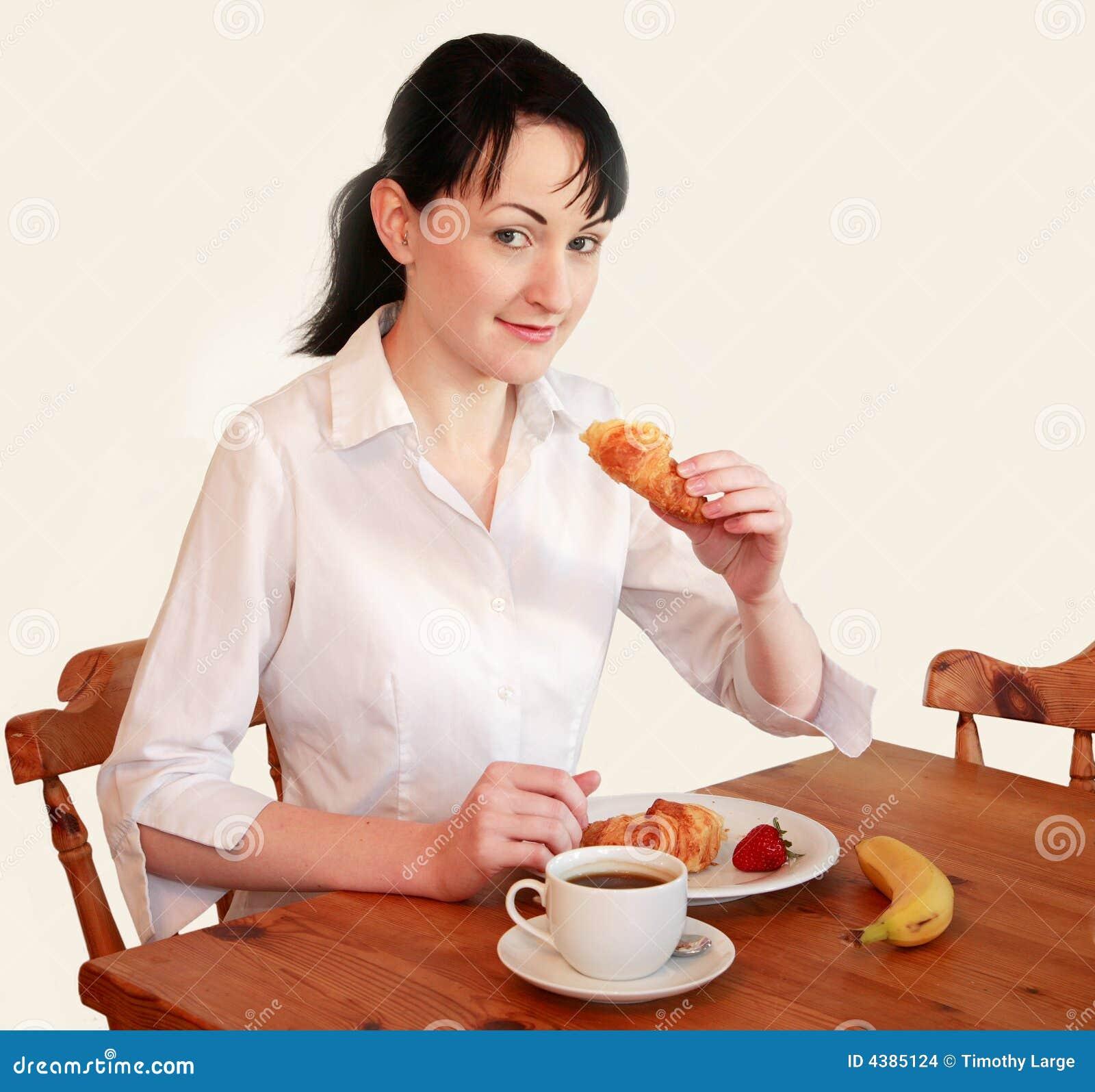 Kobiety łasowania śniadanie