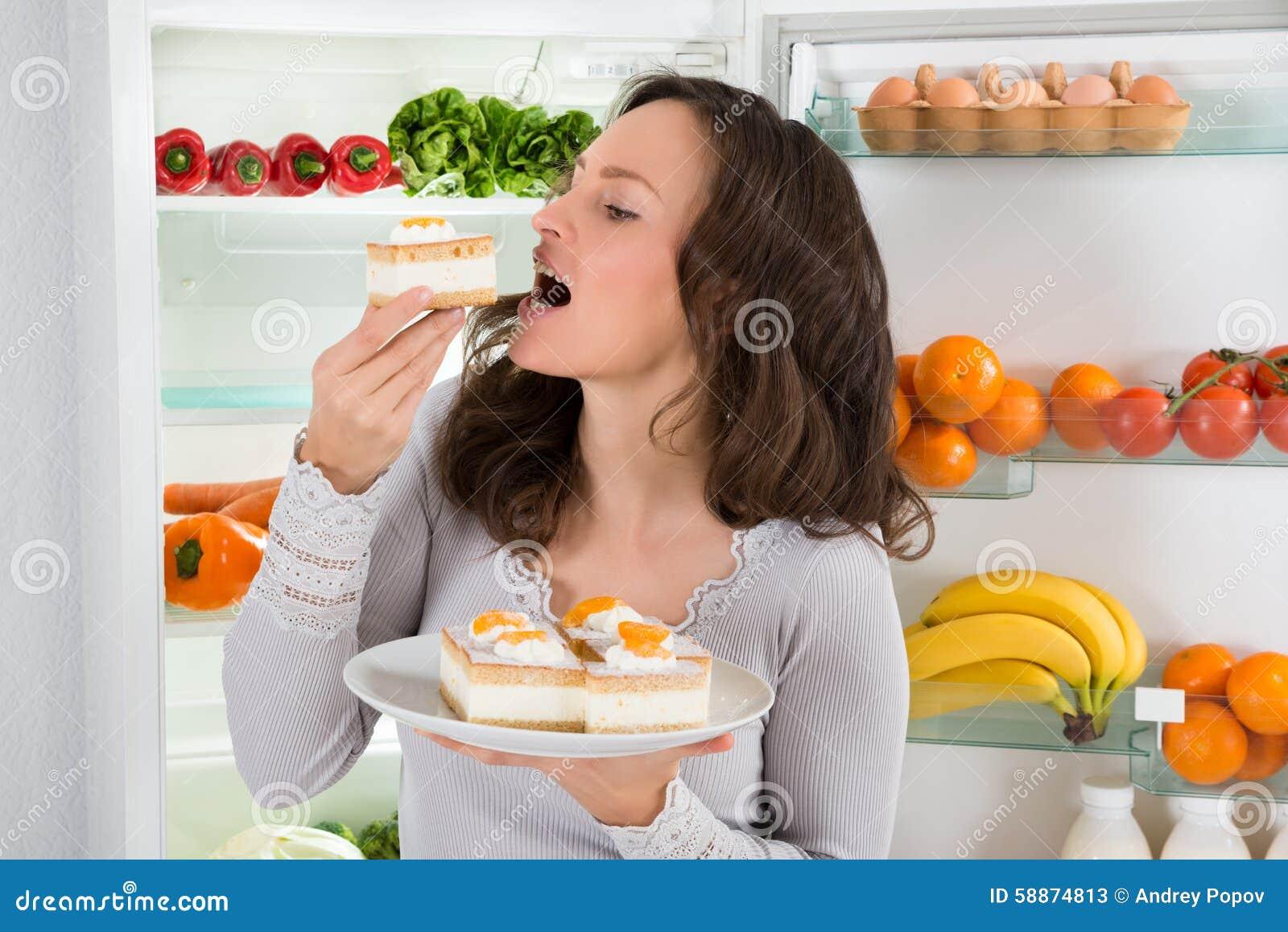 Kobiety łasowania plasterek tort
