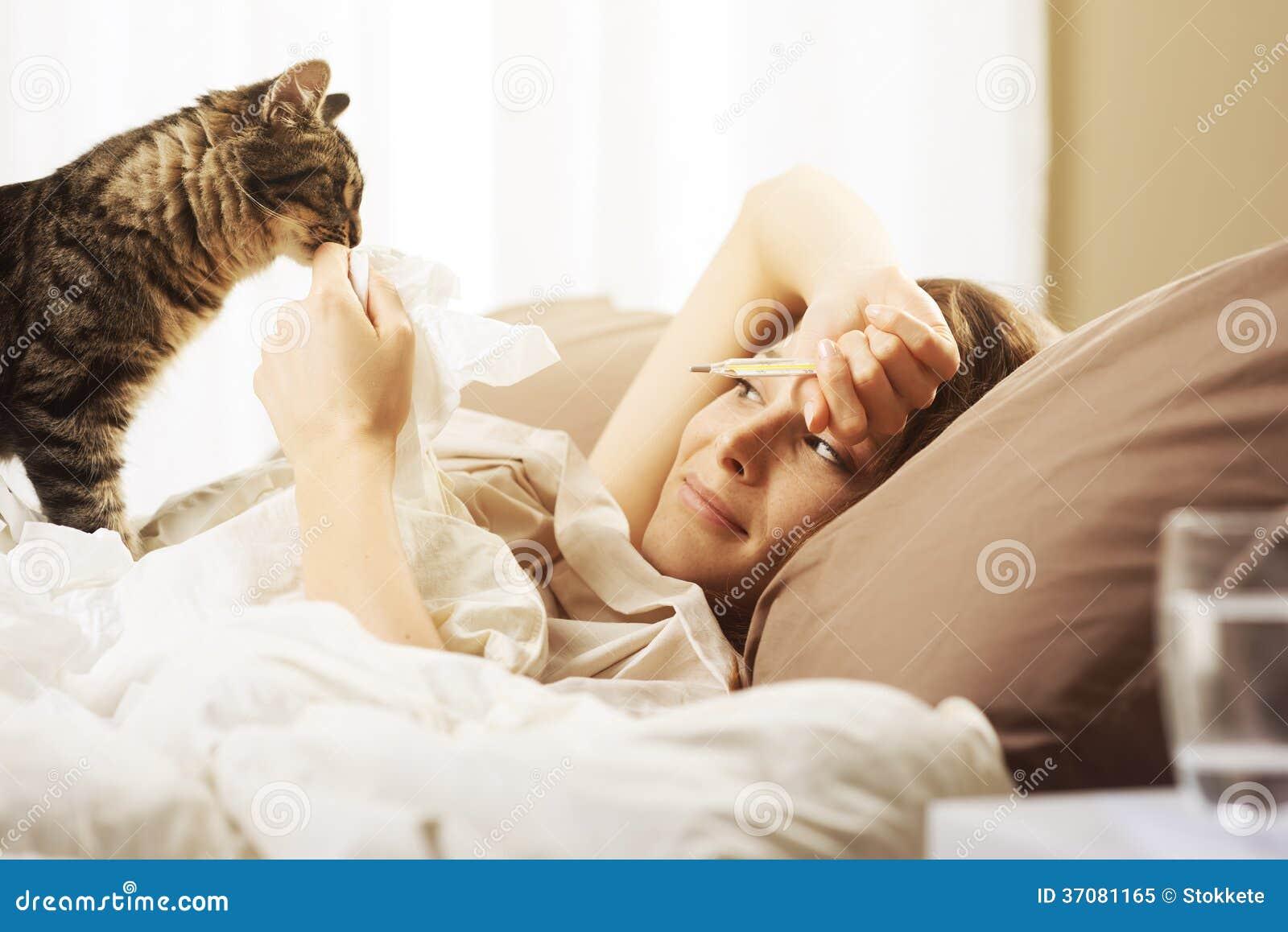 Download Kobiety łgarska Choroba W łóżku Obraz Stock - Obraz złożonej z ranek, opieka: 37081165