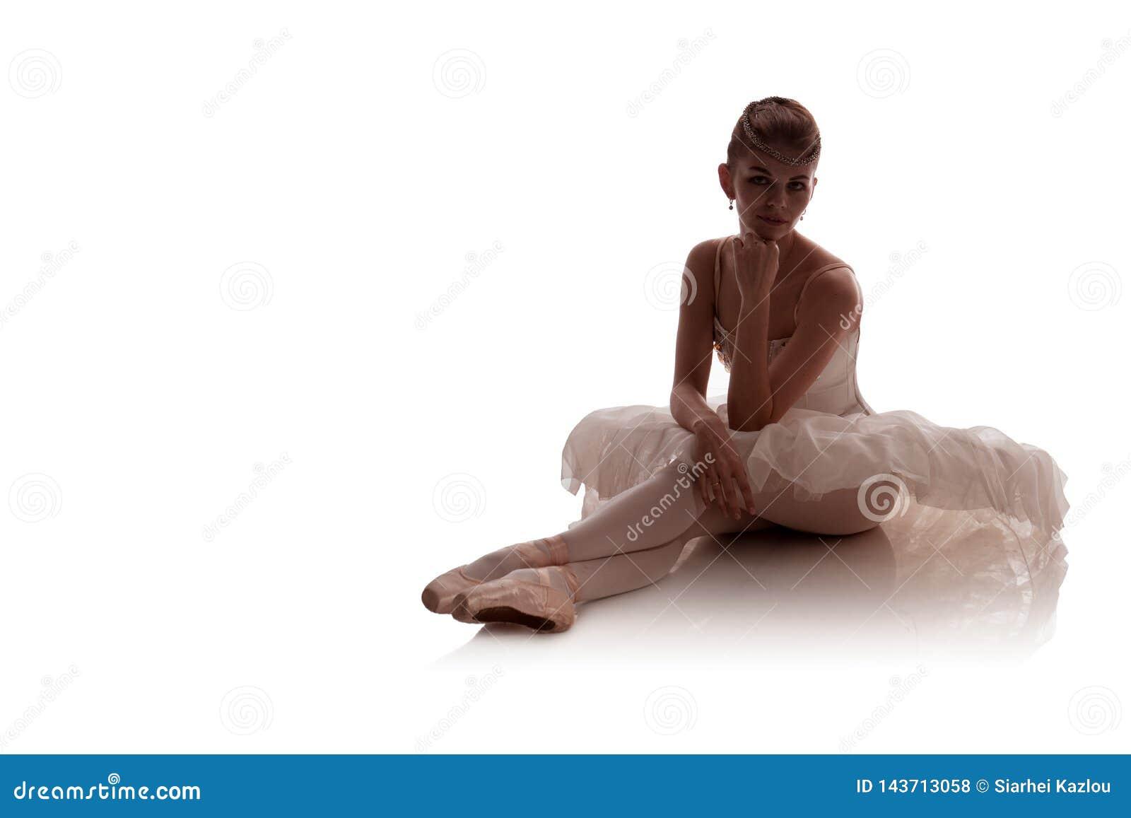 Kobiety balerina w biel paczki spódniczka baletnicy pozuje na białym tle