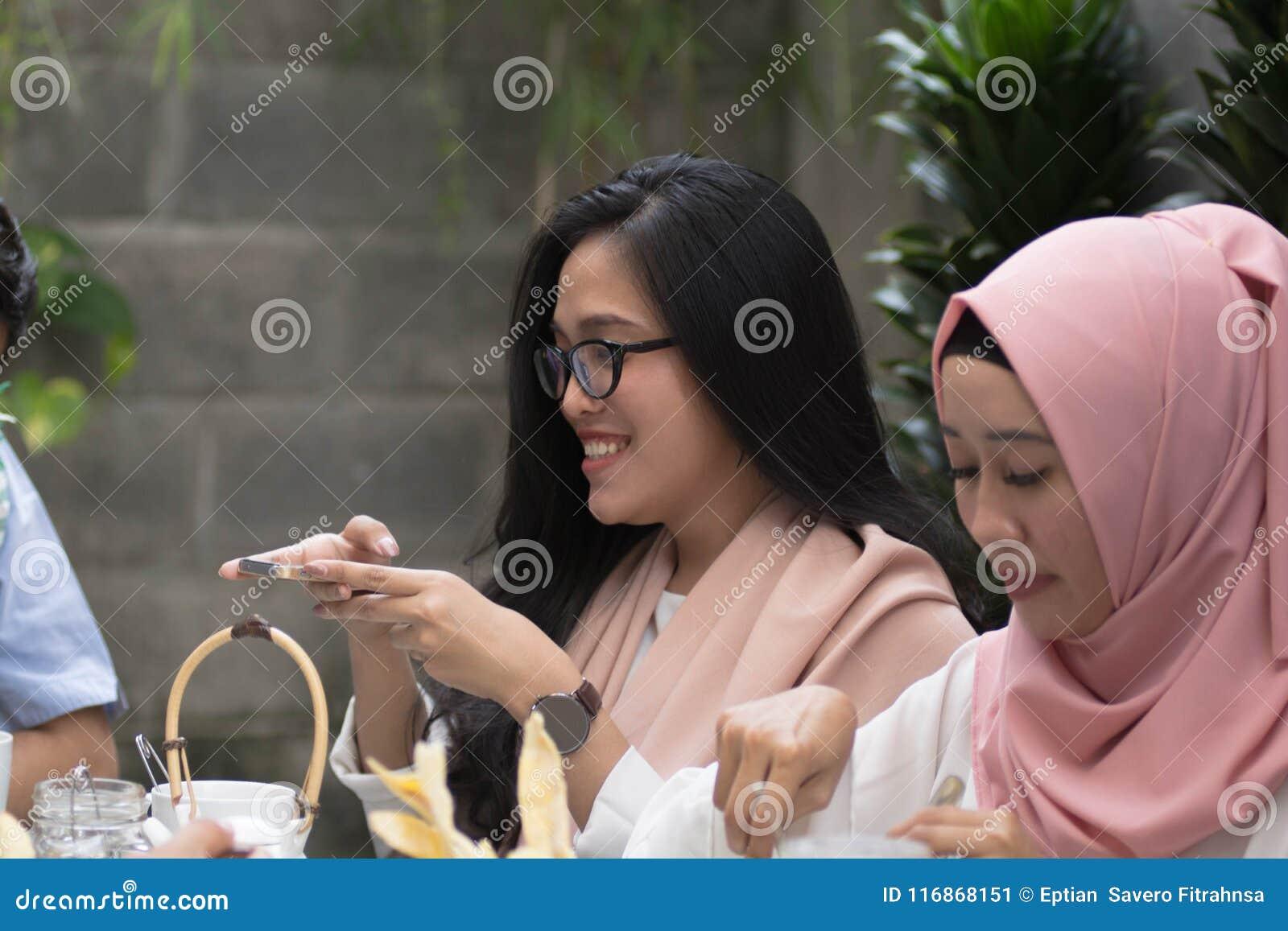 Kobiety bierze fotografię jedzenie przy stołem łomota podczas Ramadan celebra
