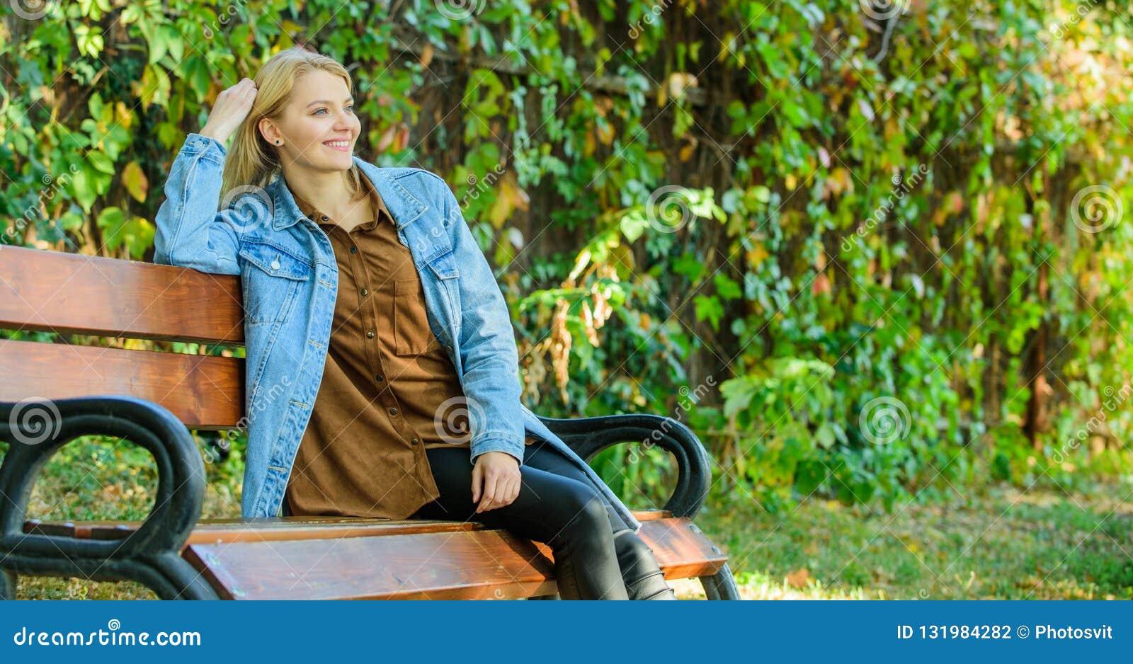 Kobiety blondynki wp8lywy przerwa relaksuje w parku Ty zasługujesz przerwę dla relaksujesz Sposoby ono dawać przerwie i cieszyć s