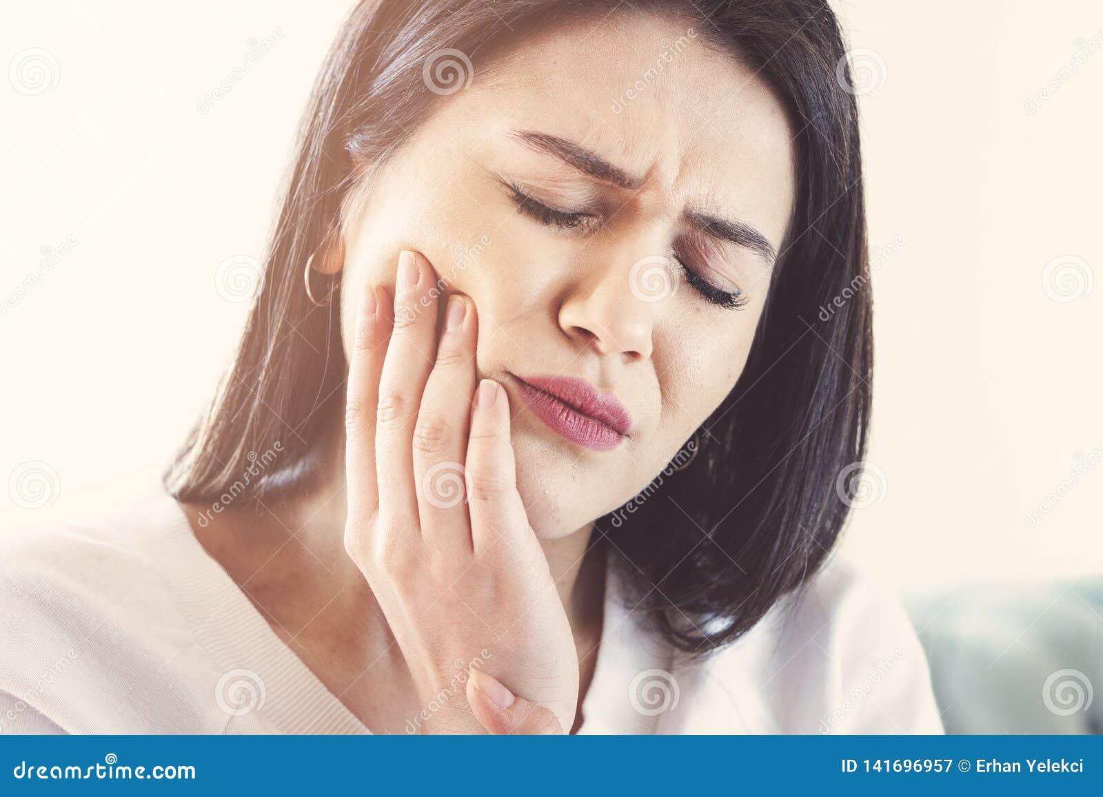 Kobiety cierpienie od toothache, zębu gnicia lub wrażliwości,