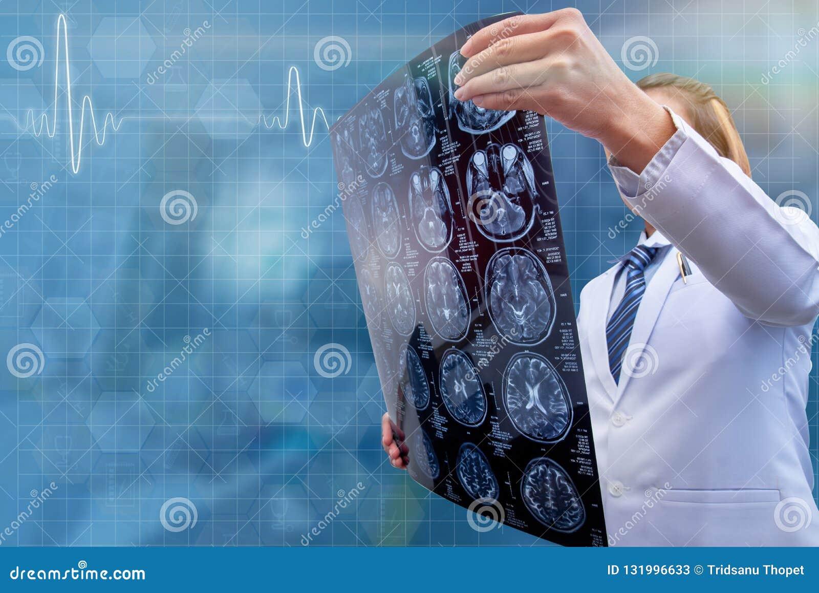 Kobiety CT obrazu cyfrowego doktorski trzyma film