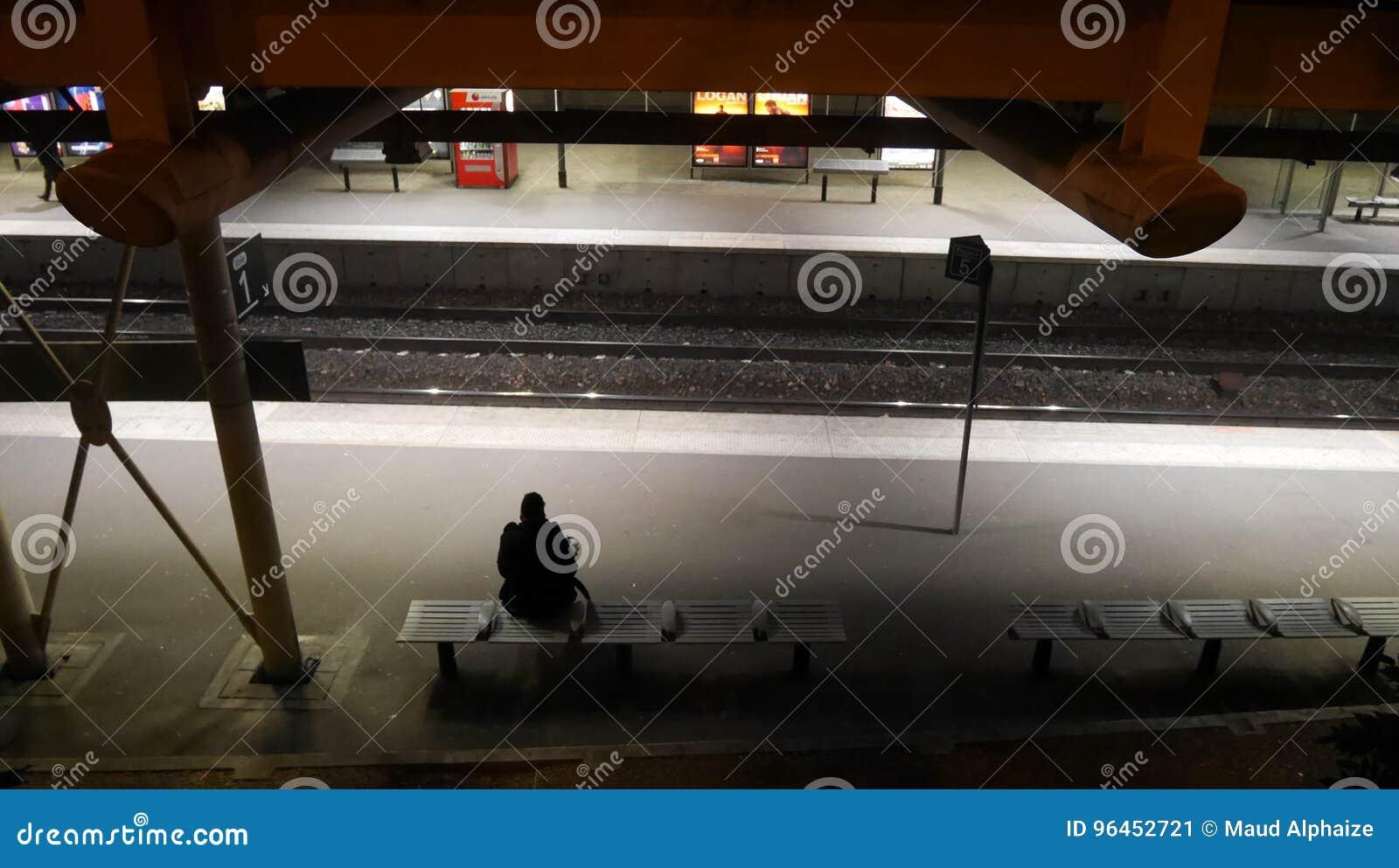 Kobiety czekanie dla metra