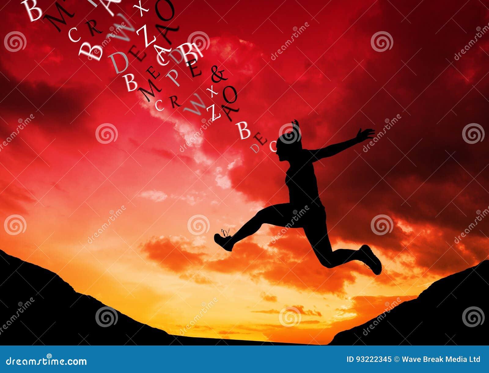 Kobiety doskakiwanie w halnej sylwetce z tekstem przychodzi up od jej głowy czerwony zachód słońca pomarańczowej