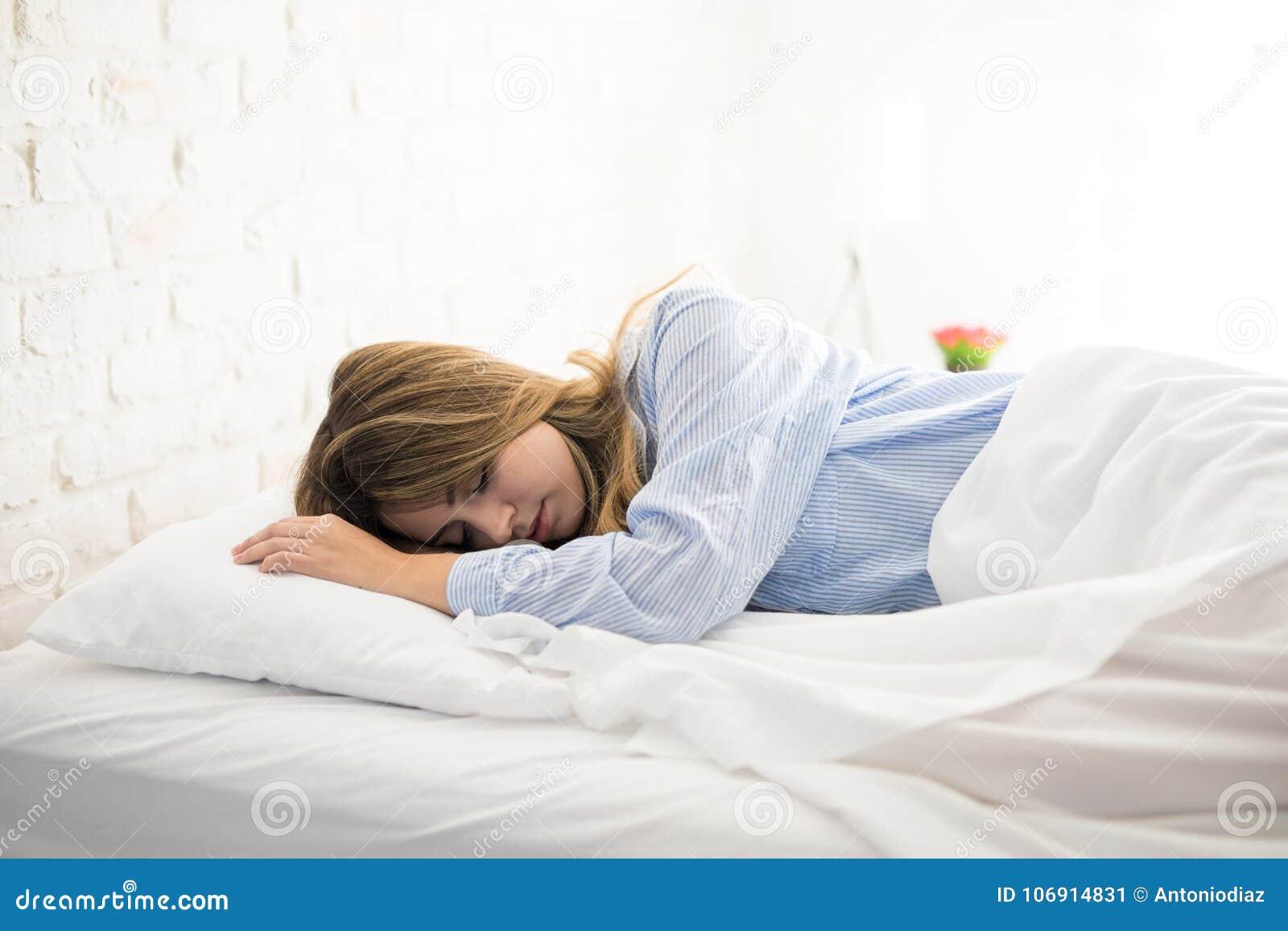 Kobiety dosypianie na jej łóżku