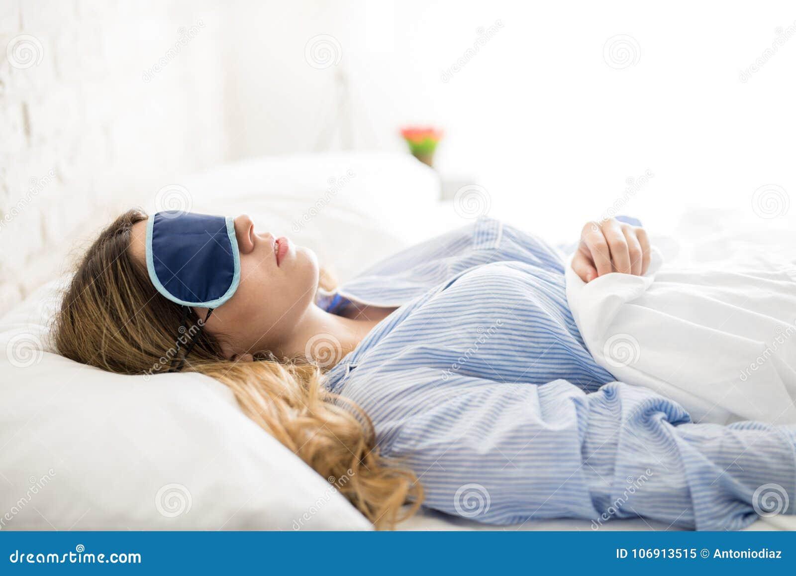 Kobiety dosypianie w ranku