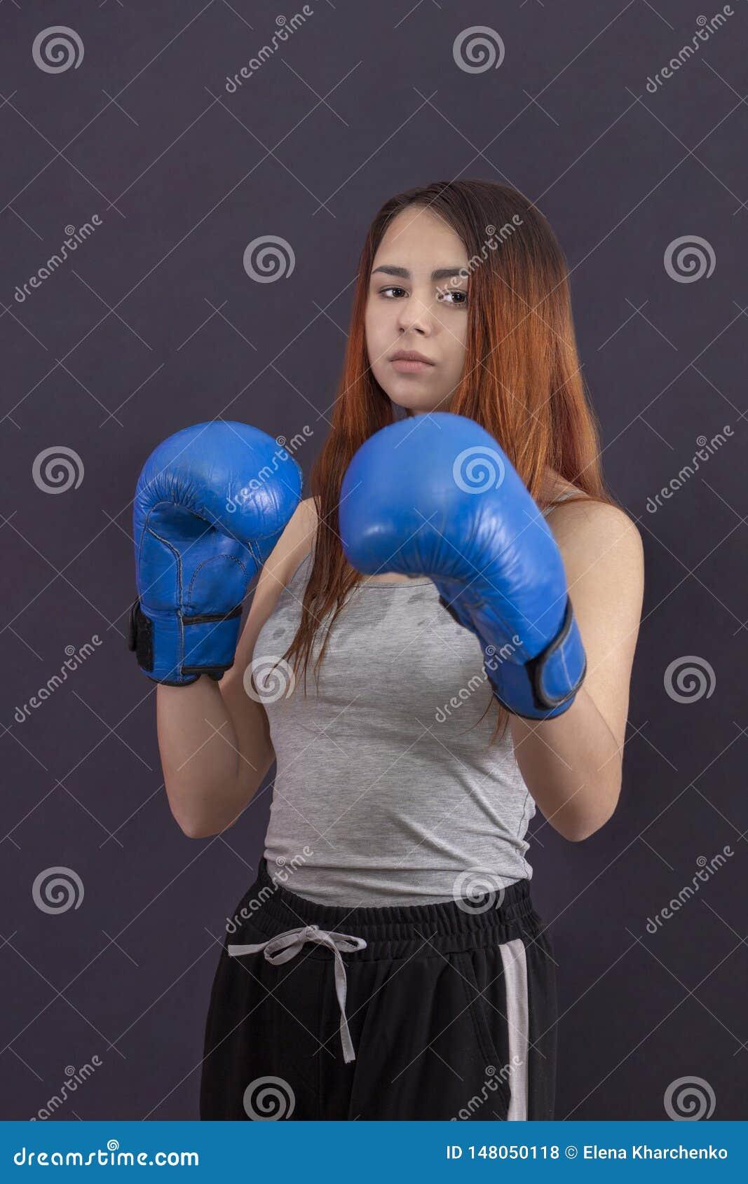 Kobiety dziewczyny boksera boksuje stojaki w bokserskich r?kawiczkach