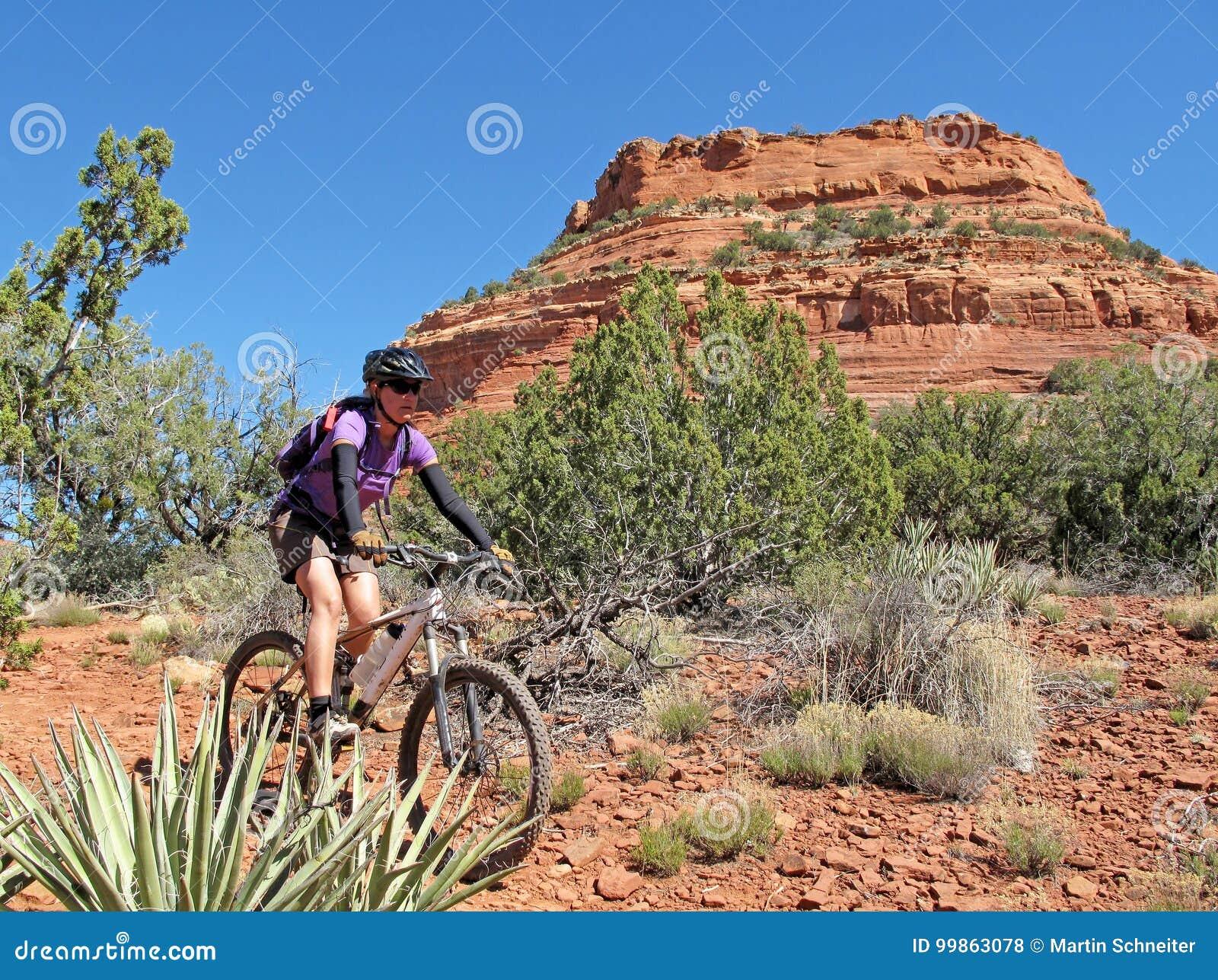 Kobiety halny jechać na rowerze w czerwonych skałach, Sedona, usa