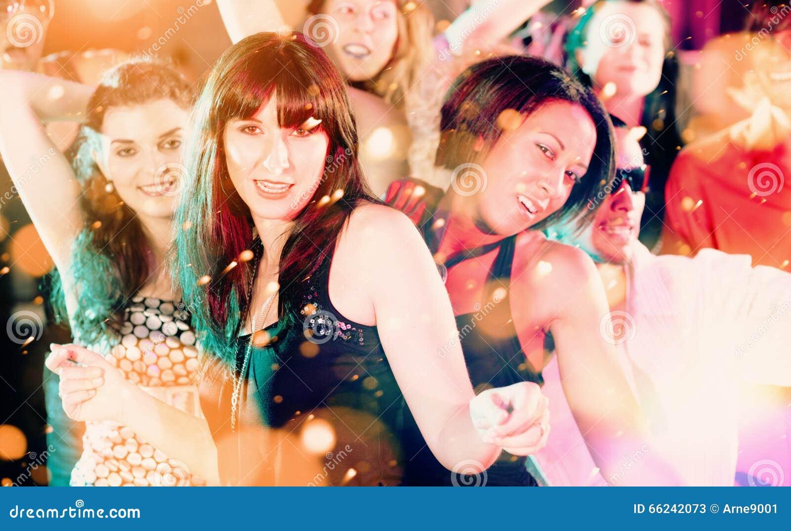 Kobiety i mężczyzna tanczy w klubie lub dyskotece ma przyjęcia