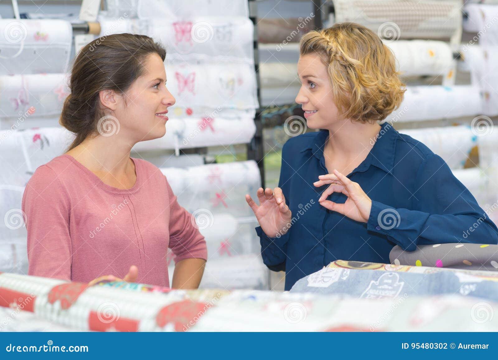 Kobiety kupuje kolorowych rolek opakunkowego papier