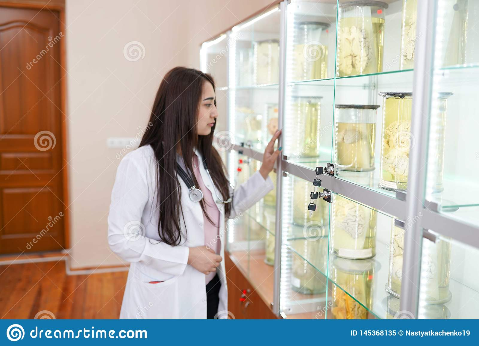 Kobiety lekarka w anatomii laboratorium medyczny muzeum poj?cie opieka zdrowotna