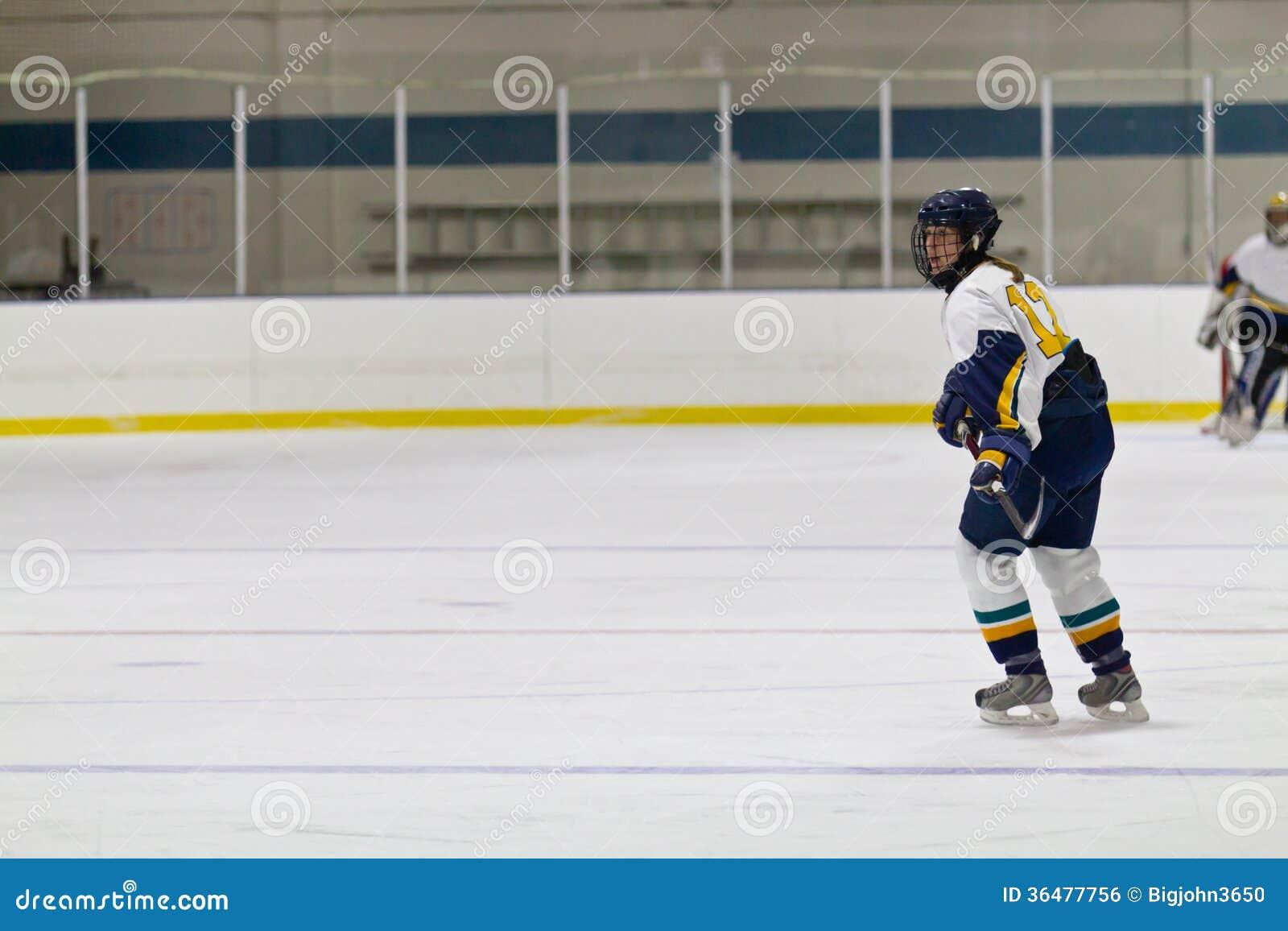 Kobiety lodowy gracz w hokeja podczas gry