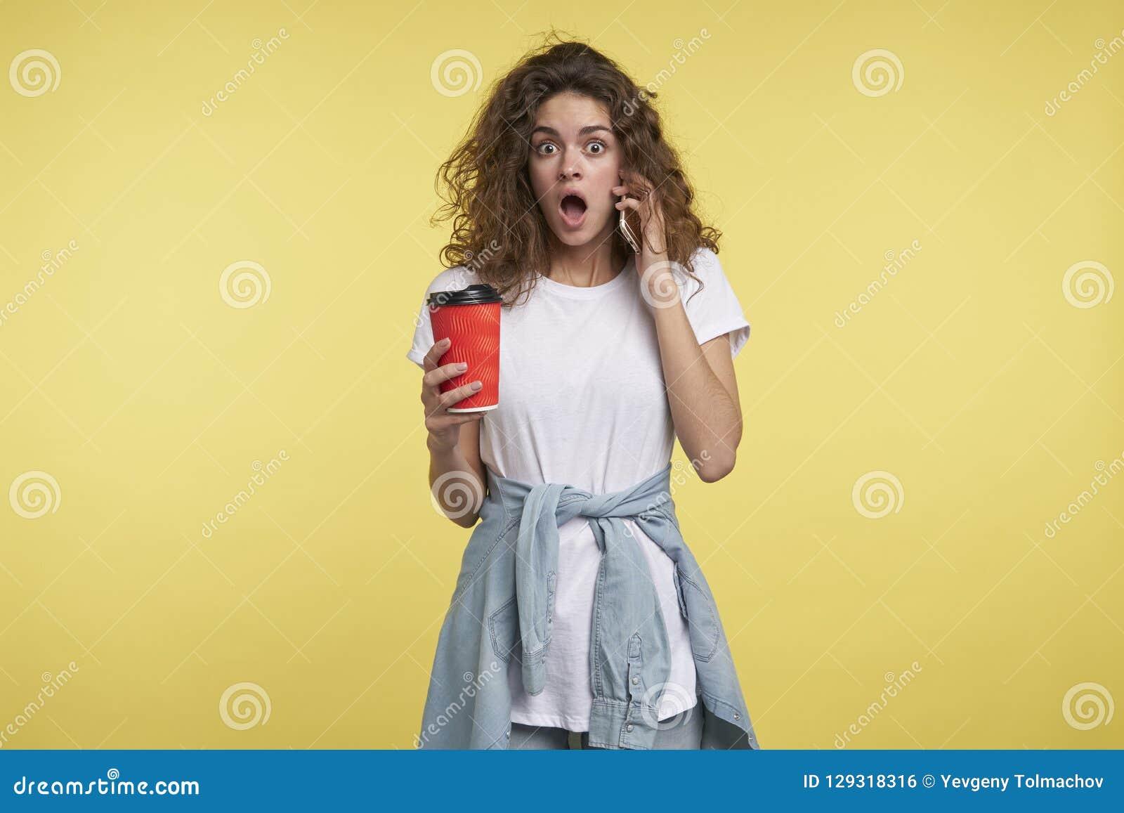Kobiety mówienie mieniem filiżanka kawy i smartphone,