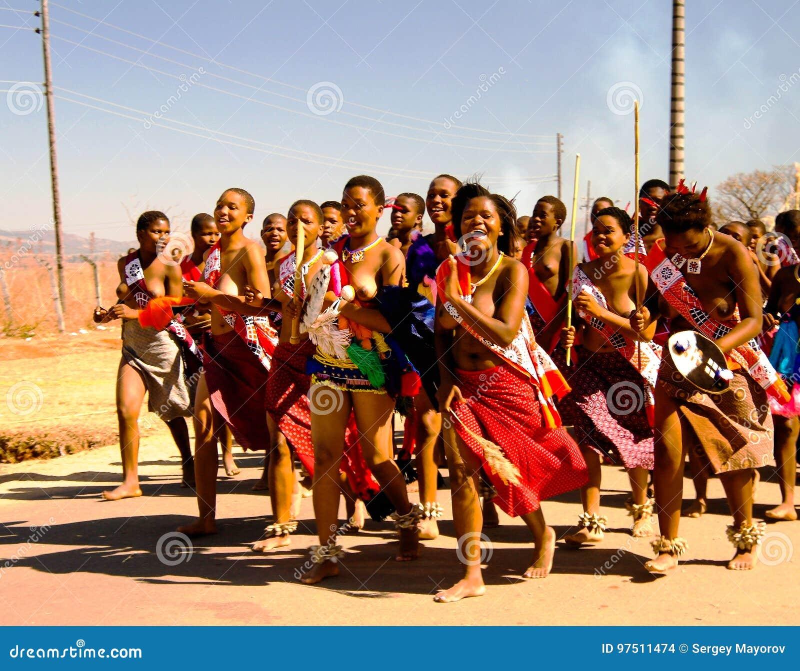 Kobiety maszeruje przy Umhlanga aka Trzcinowym tanem 01-09-2013 Lobamba w tradycyjnych kostiumach, Swaziland