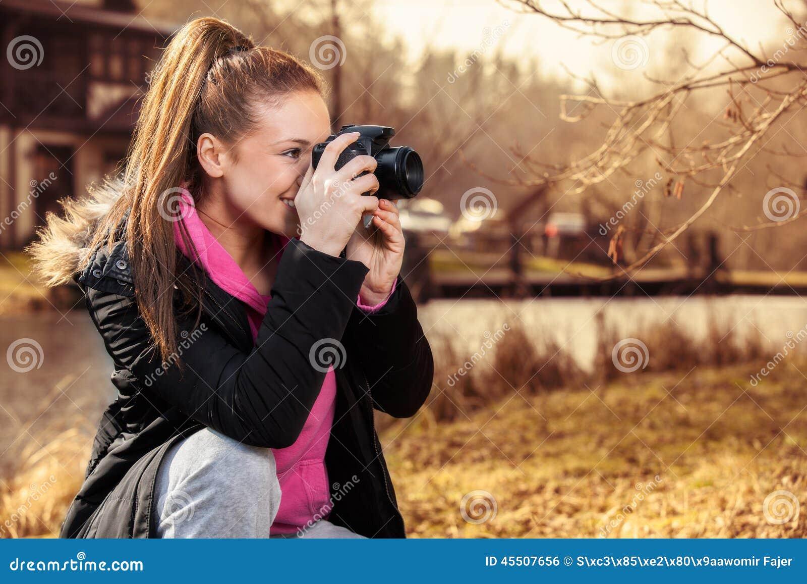 Kobiety mienia kamera i brać outside fotografia
