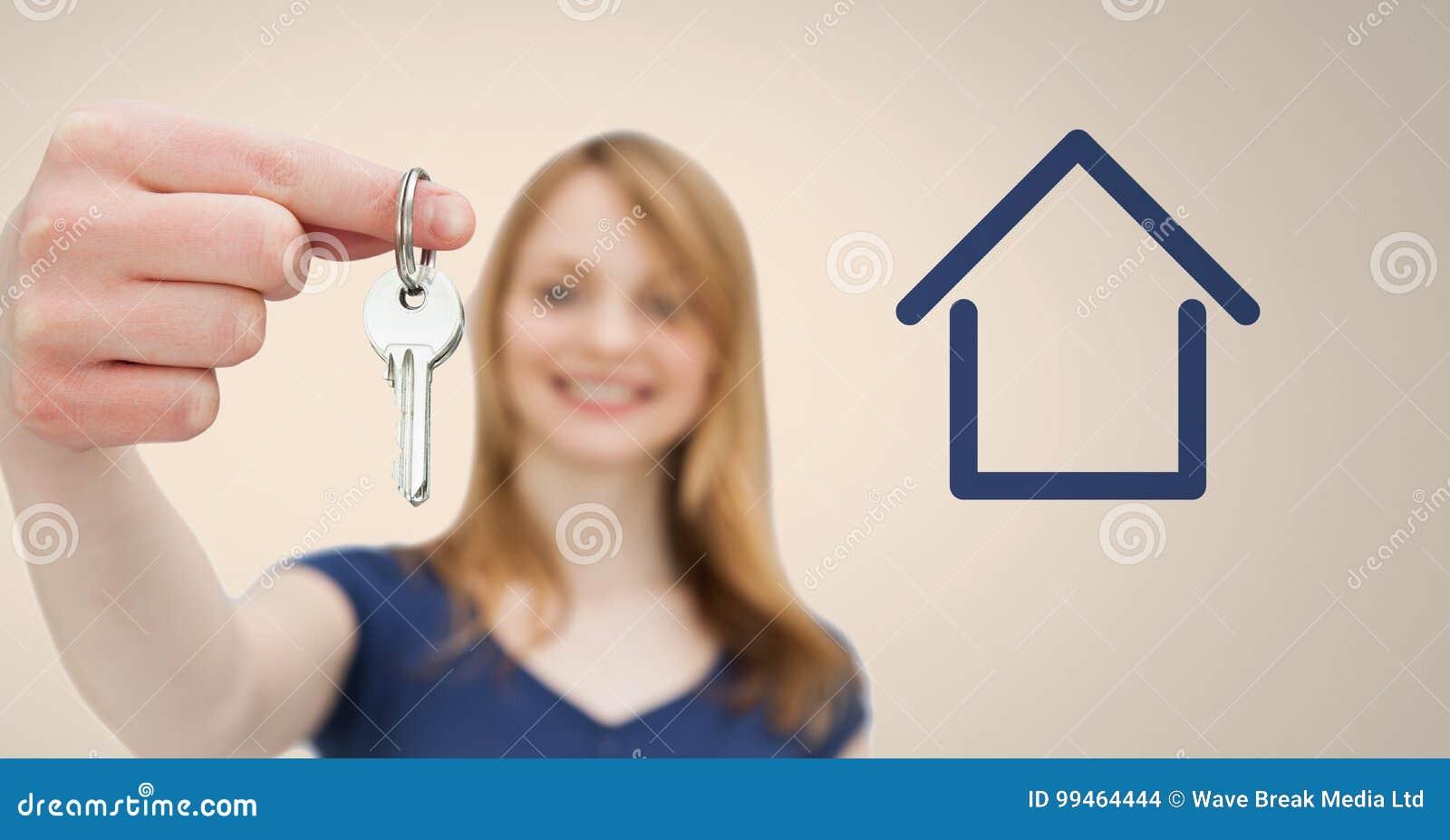 Kobiety mienia klucz z domową ikoną przed winietą