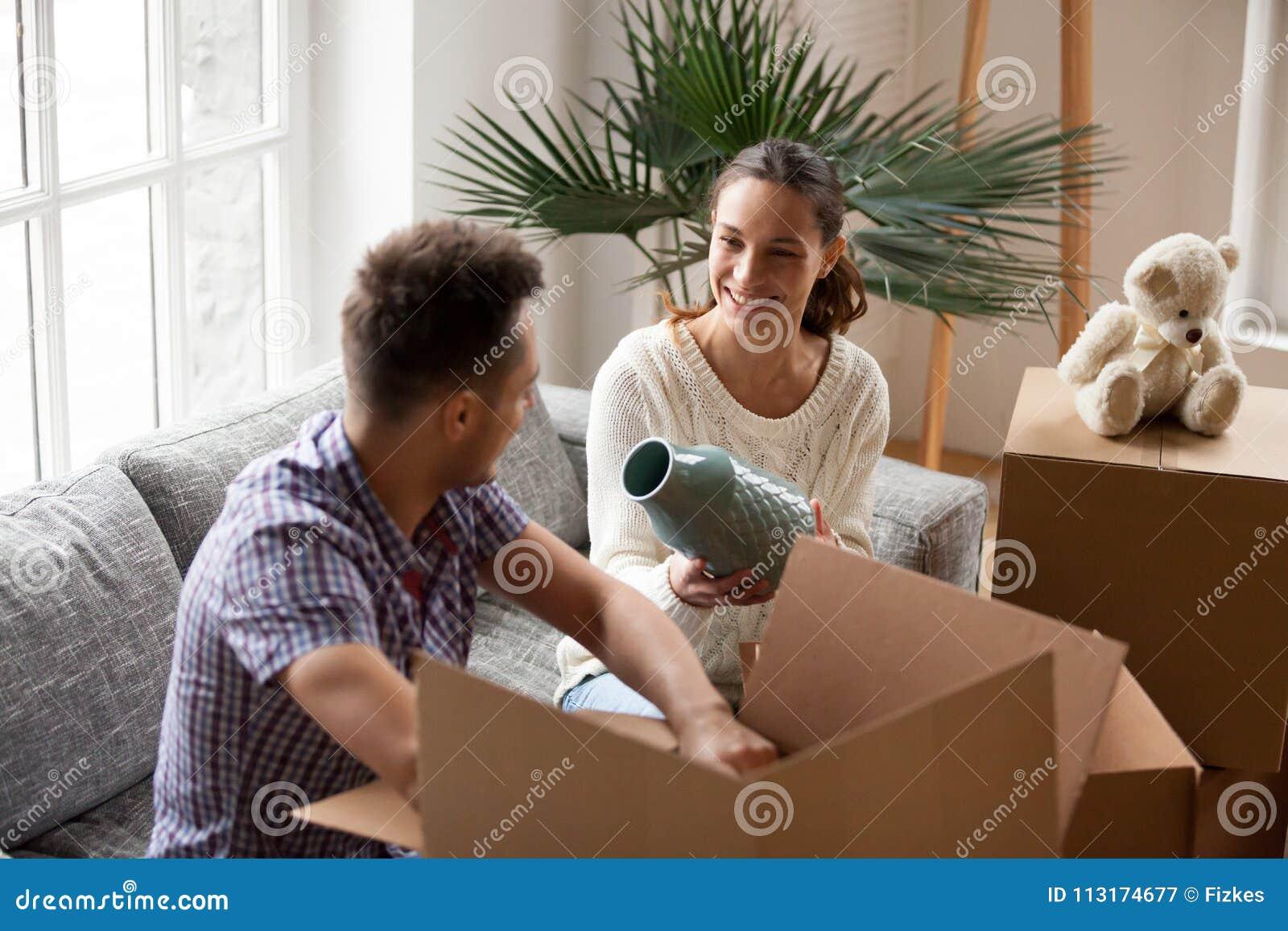 Kobiety mienia mężczyzna kocowania wazowi pomaga pudełka na poruszającym dniu