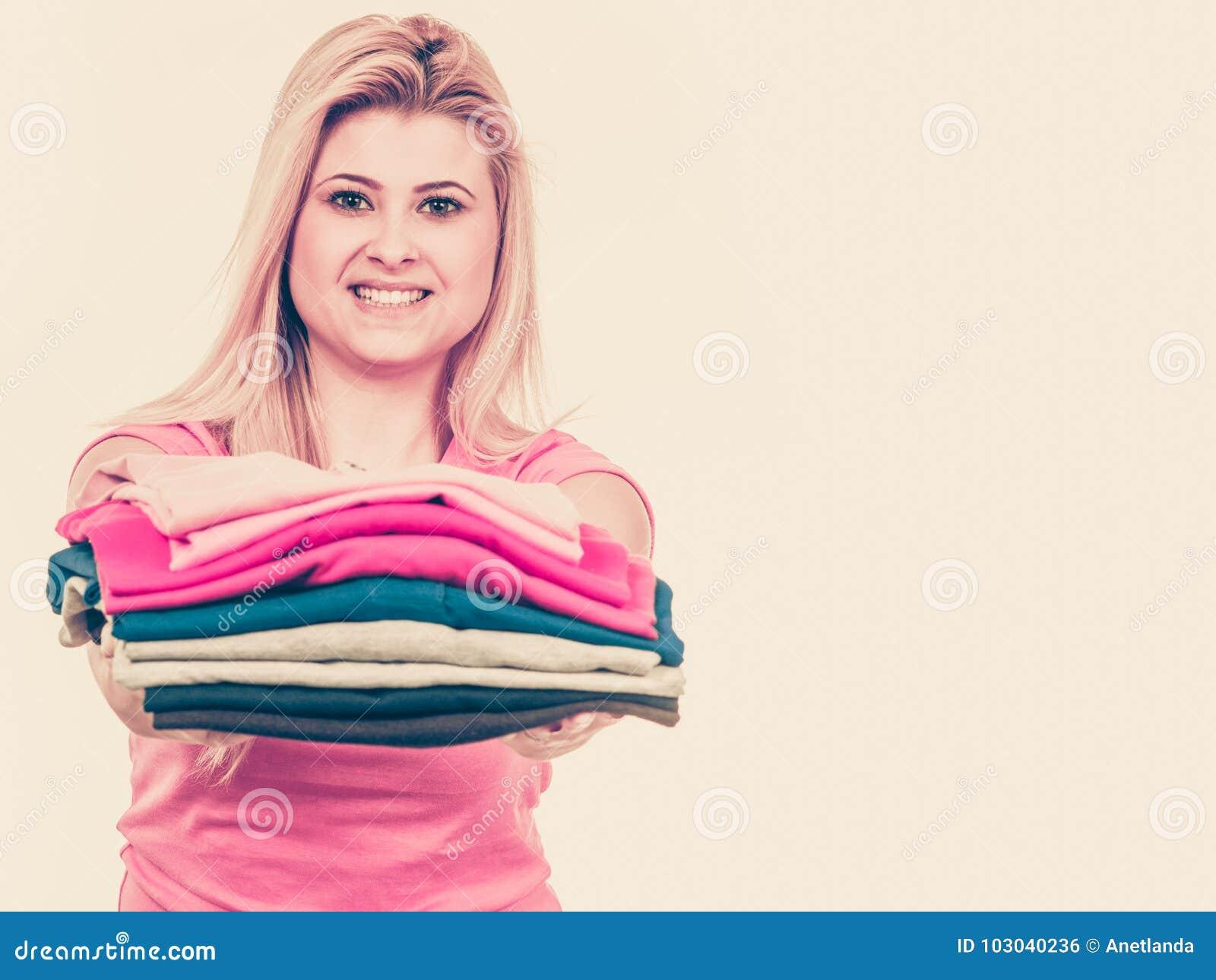 Kobiety mienia stos fałdowy odziewa