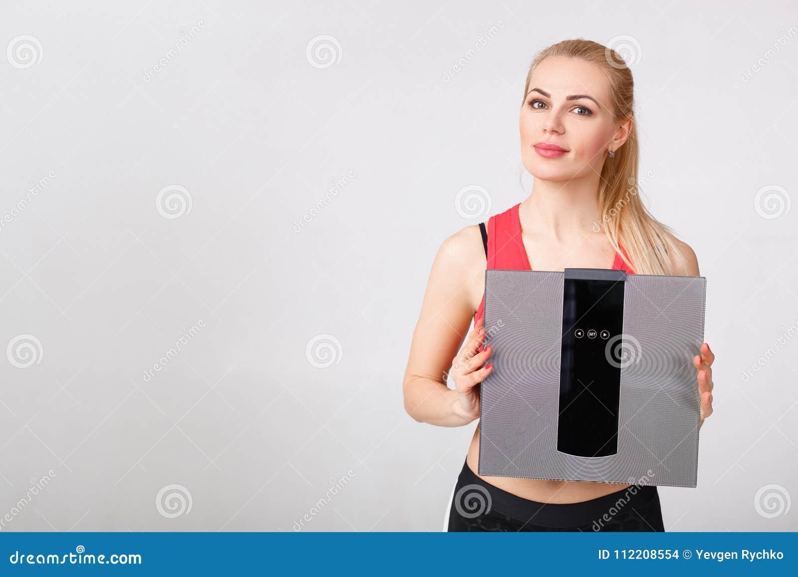 Kobiety mienie waży w rękach