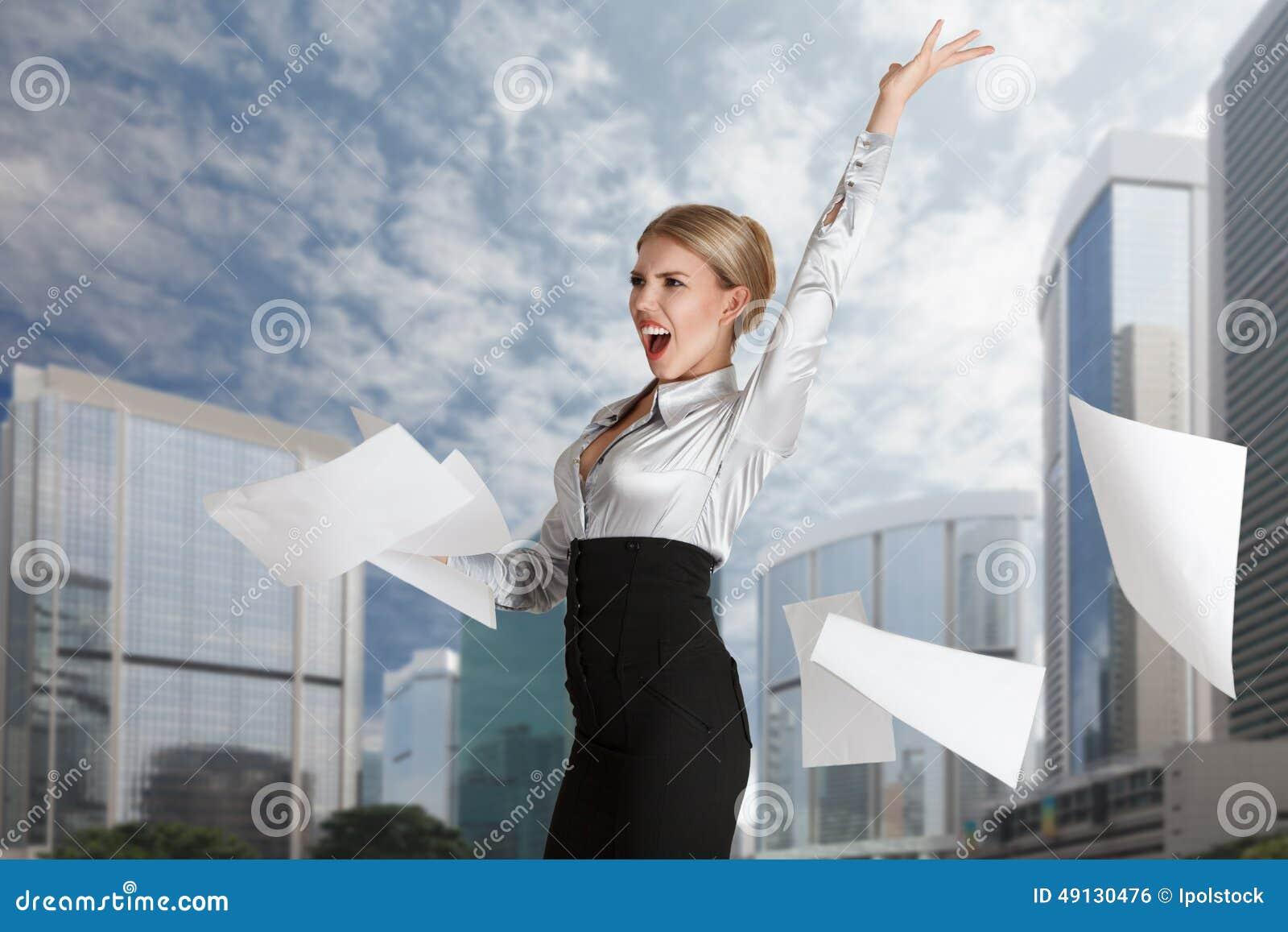 Kobiety miotania papieru strony