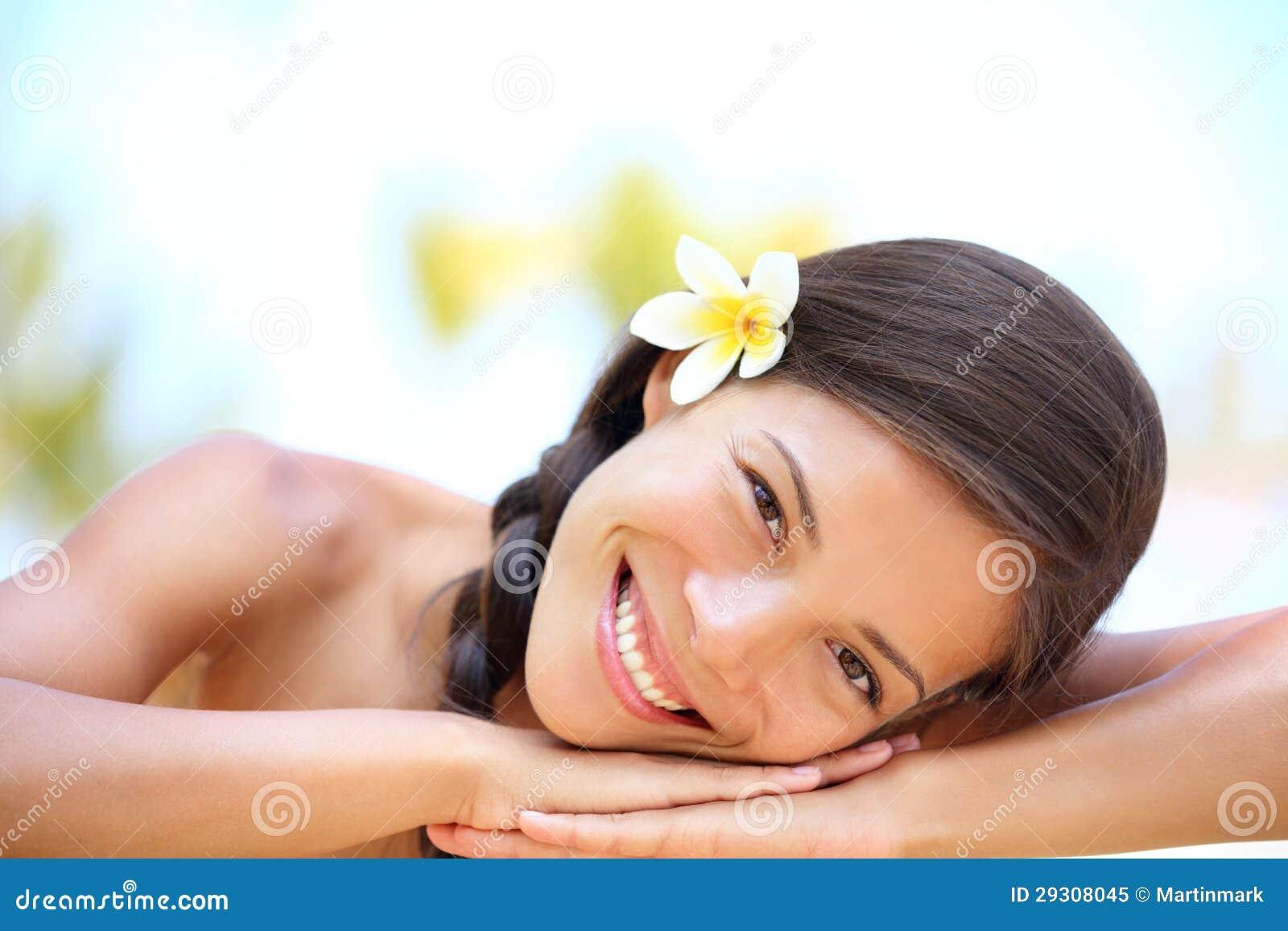 Kobiety naturalny piękno relaksuje przy plenerowym zdrojem