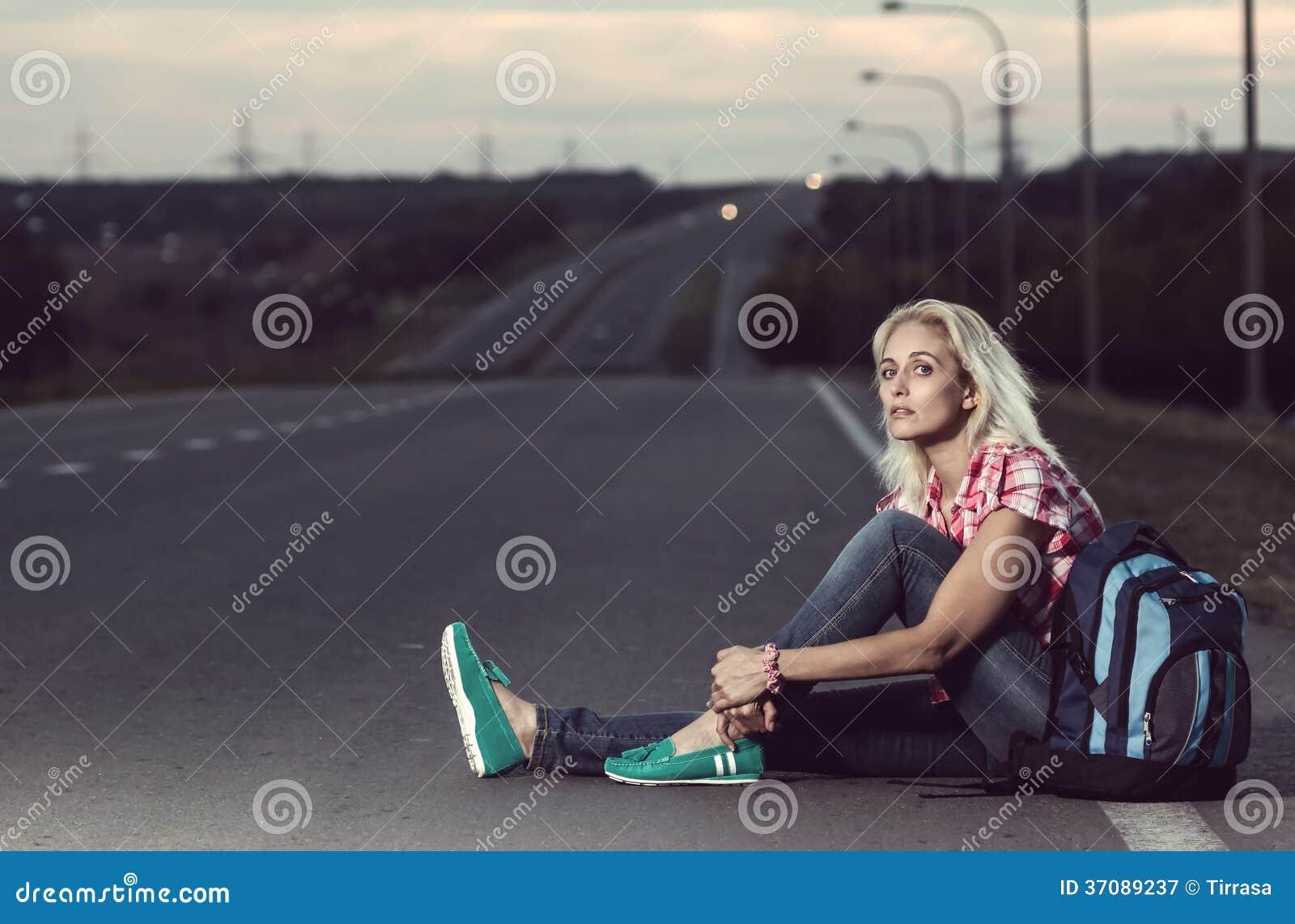 Download Kobiety Obsiadanie Na Drodze Obraz Stock - Obraz złożonej z ulica, moda: 37089237