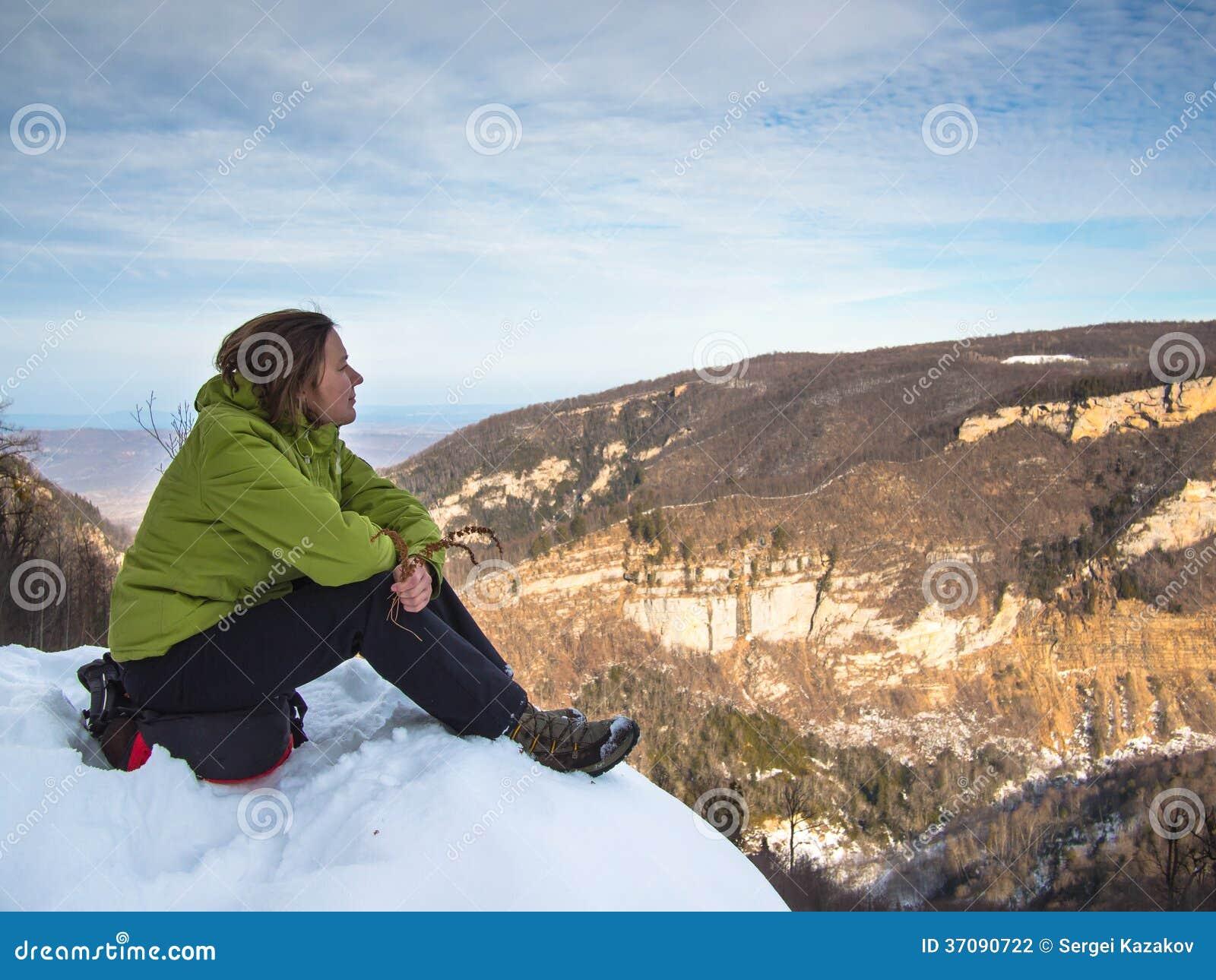 Download Kobiety Obsiadanie Na Krawędzi Falezy Zdjęcie Stock - Obraz złożonej z sceniczny, pilot: 37090722