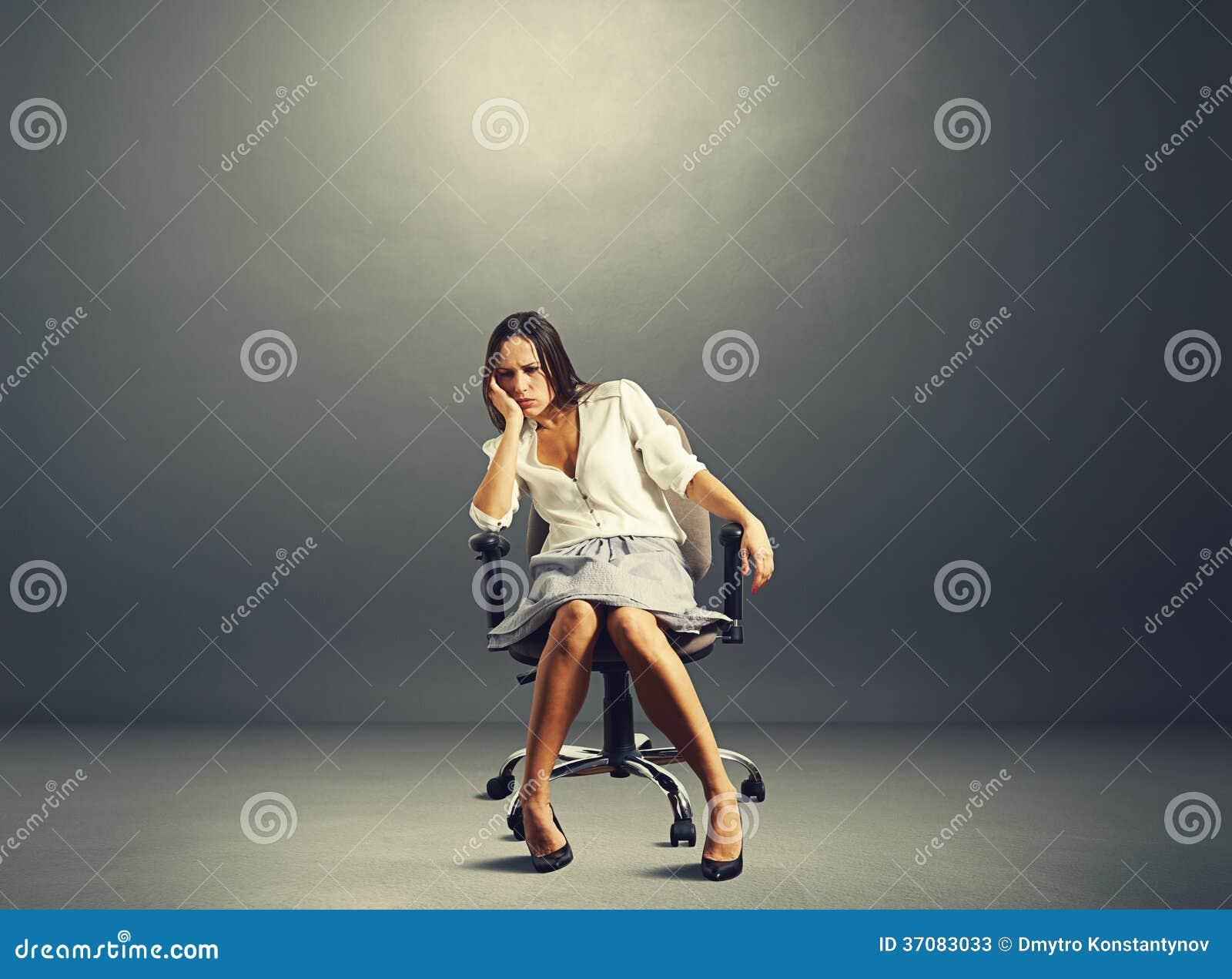 Download Kobiety Obsiadanie Na Krześle W Pustym Ciemnym Pokoju Obraz Stock - Obraz złożonej z officemates, smutny: 37083033