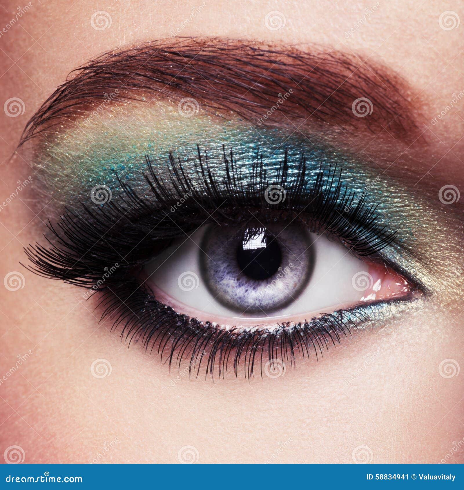 Kobiety oko z zielonym makijażem rzęsy tęsk