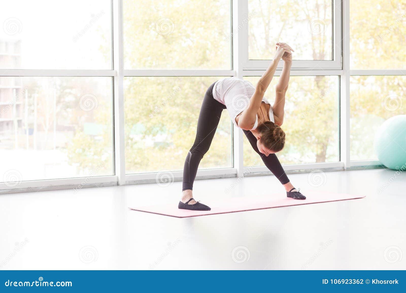 Kobiety plandeki puszek, robi sprawności fizycznej ćwiczeniu