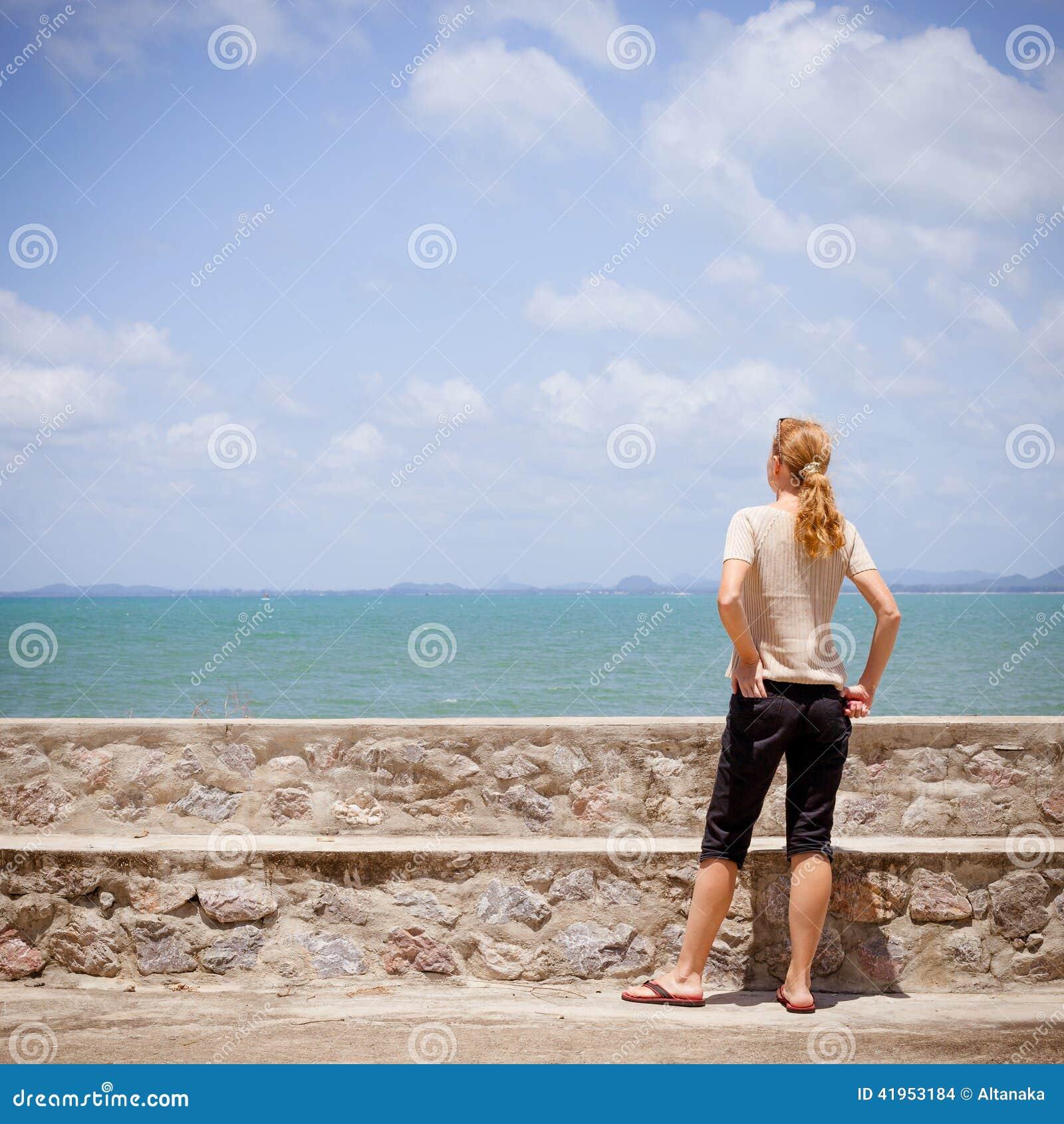 Kobiety pozycja blisko plaży