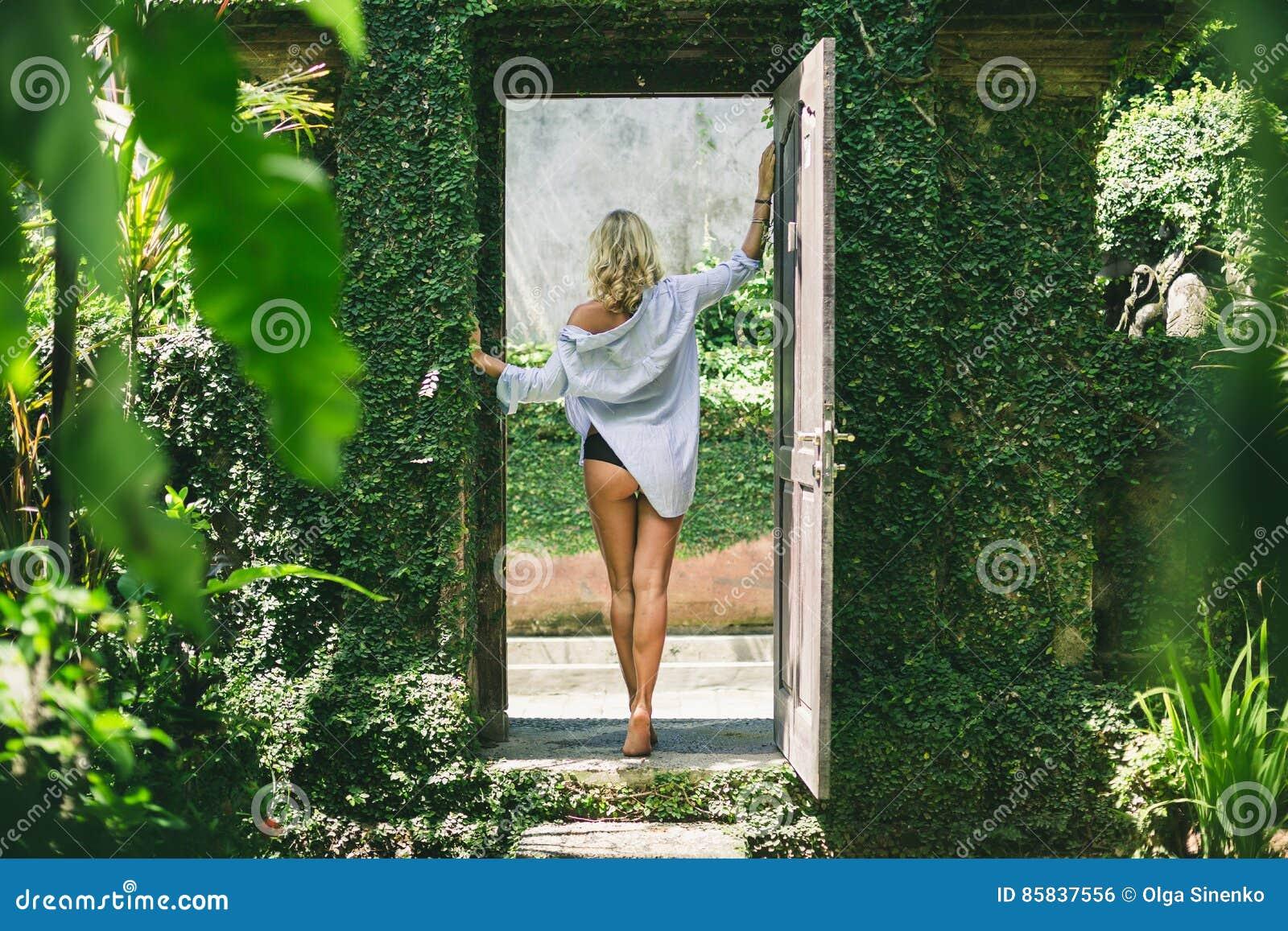 Kobiety pozycja w drzwi przestrzeni ogród