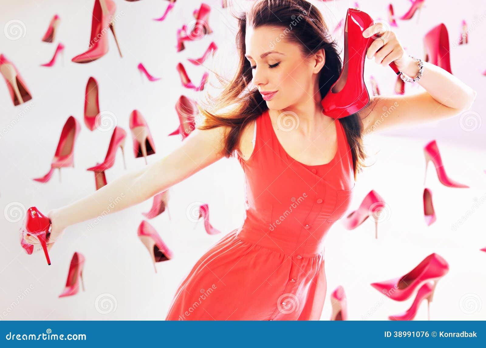 Kobiety przewożenia szpilki czerwoni buty