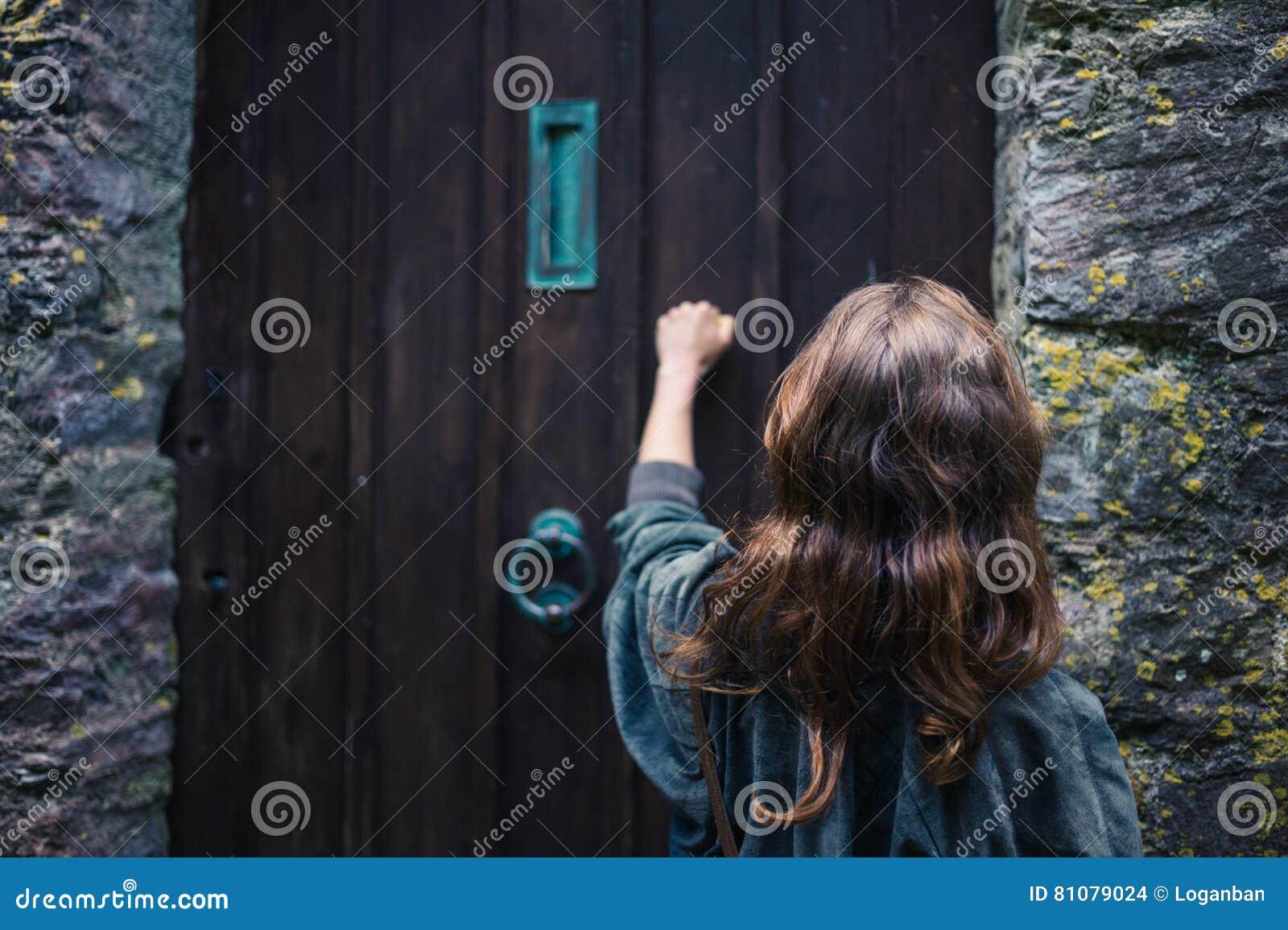 Kobiety pukanie na drzwi