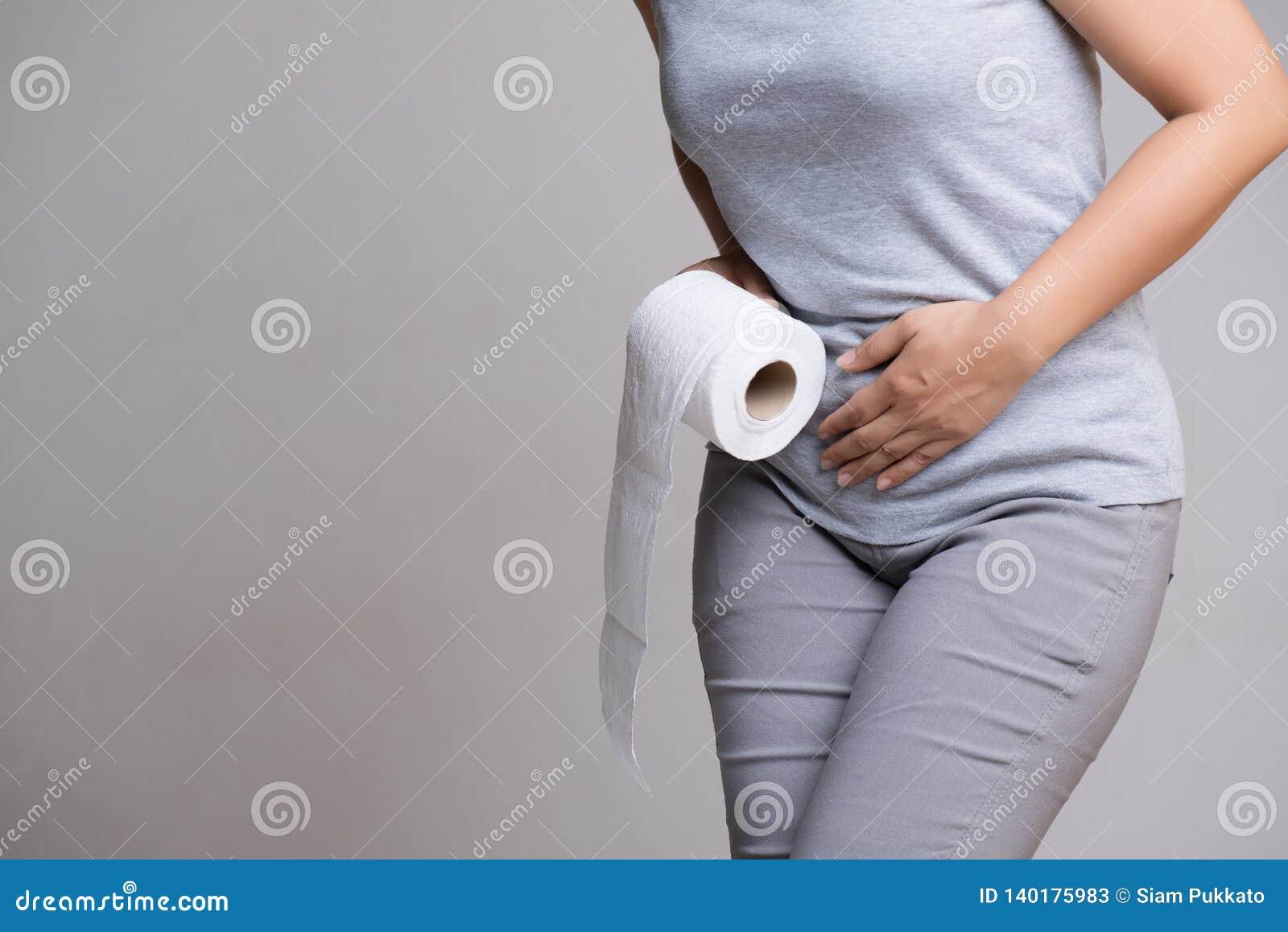 Kobiety ręka trzyma jej crotch papieru toaletowego, podbrzusza lub tkanki niską rolkę i Nieład, biegunka, incontinence być pojęci