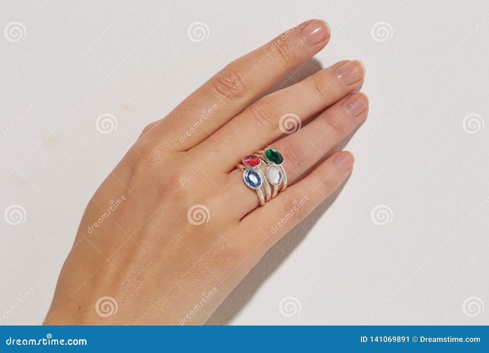 Kobiety ręka z pierścionki