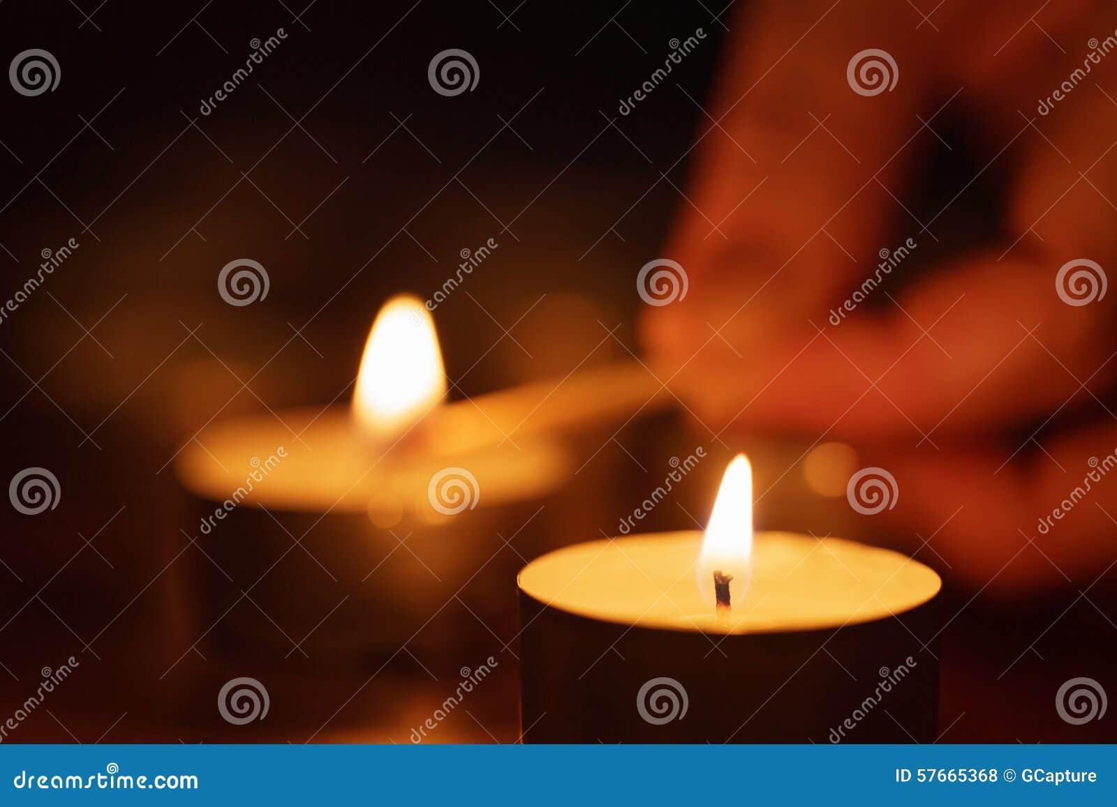 Kobiety ręka ustawia świeczki zamknięty up