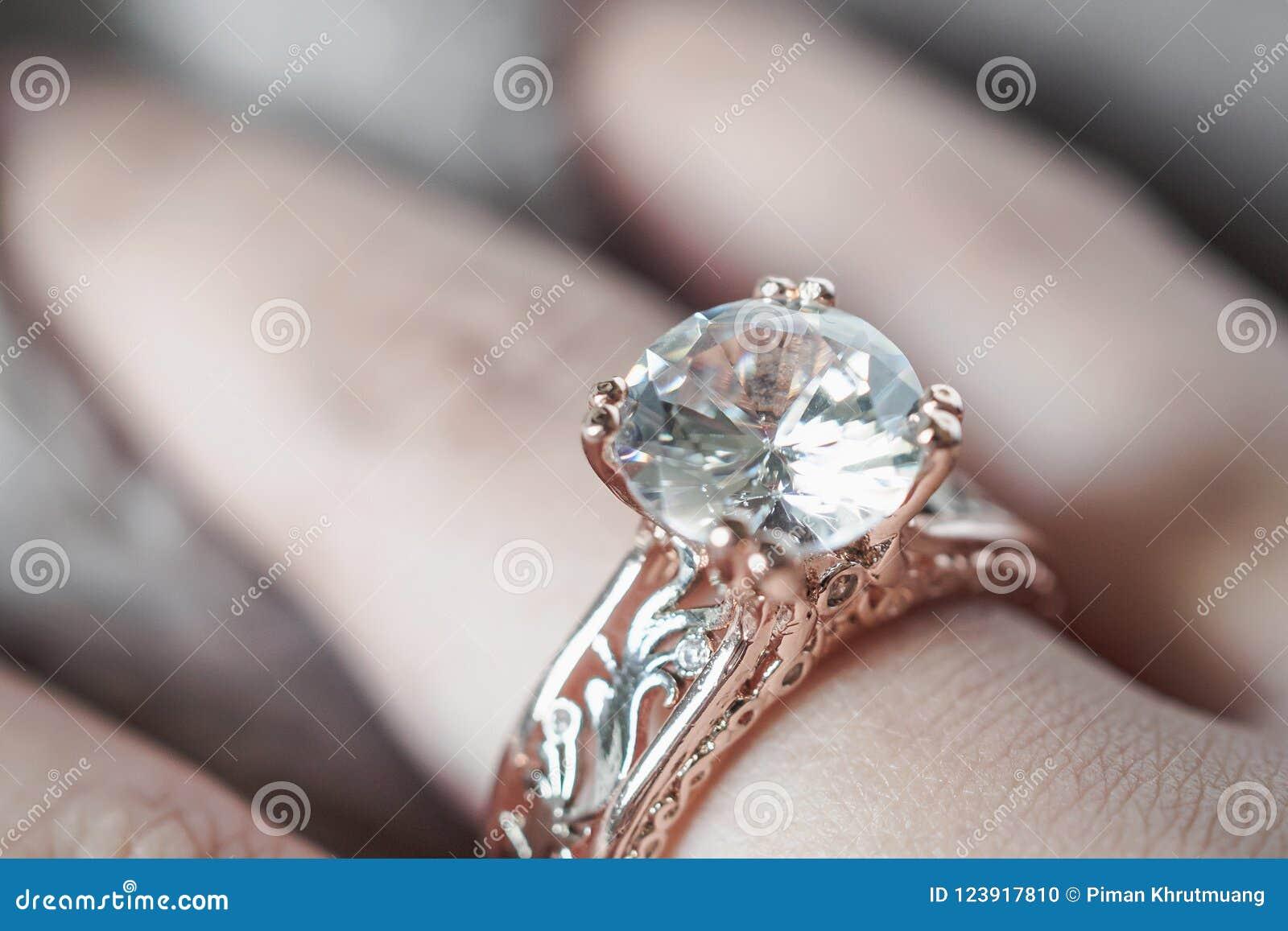 Kobiety ręka z biżuteria diamentowym pierścionkiem