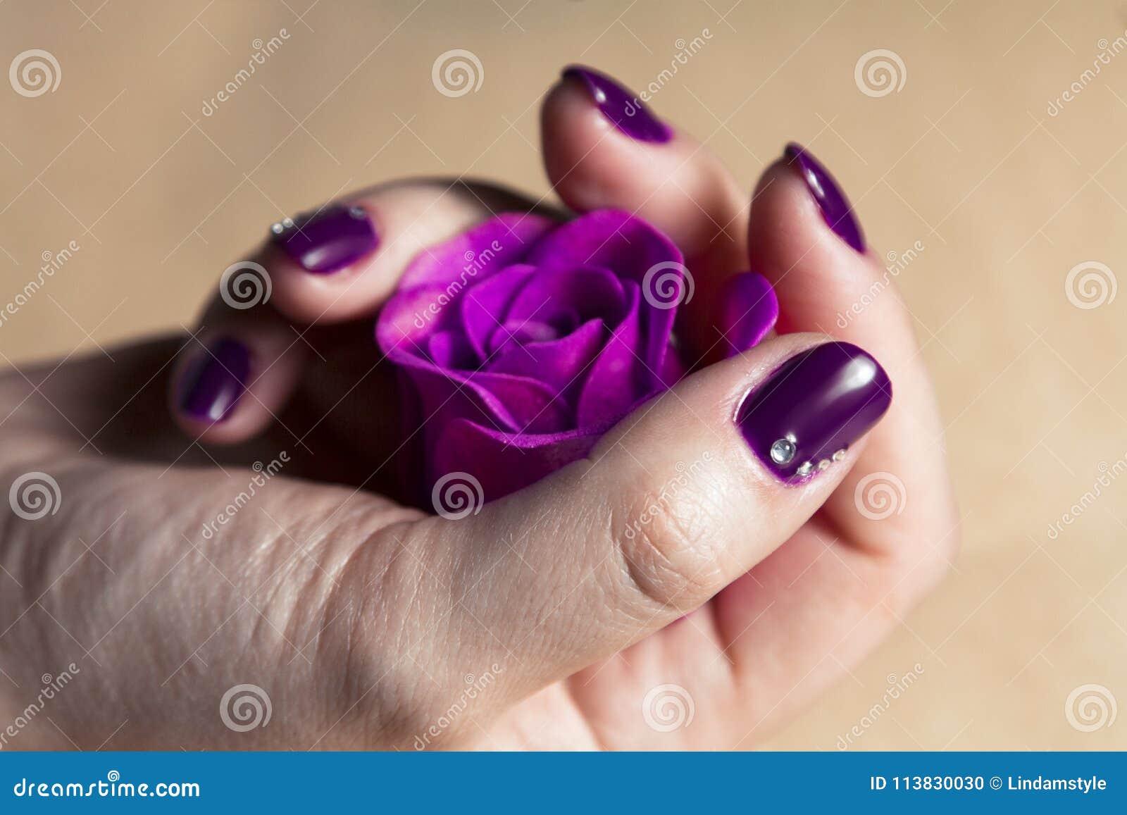 Kobiety ręka z kolorowymi gwoździami makro-