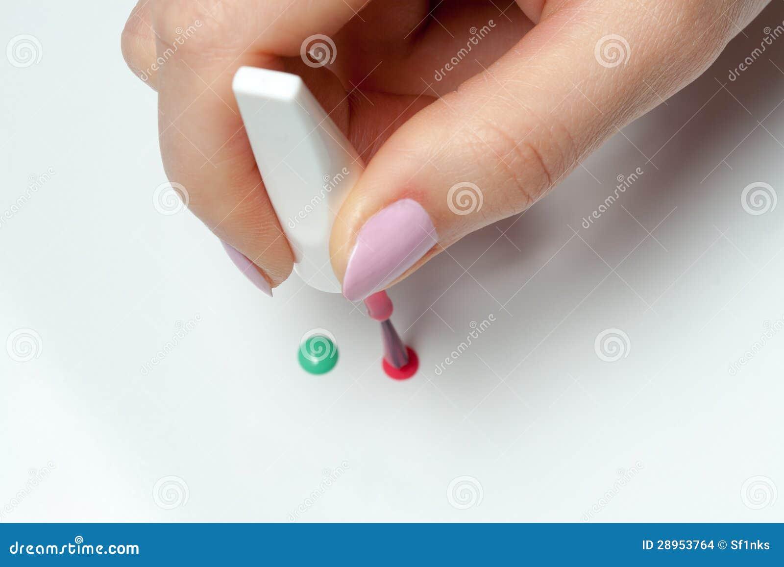Kobiety ręka z muśnięciem gwoździa połysk