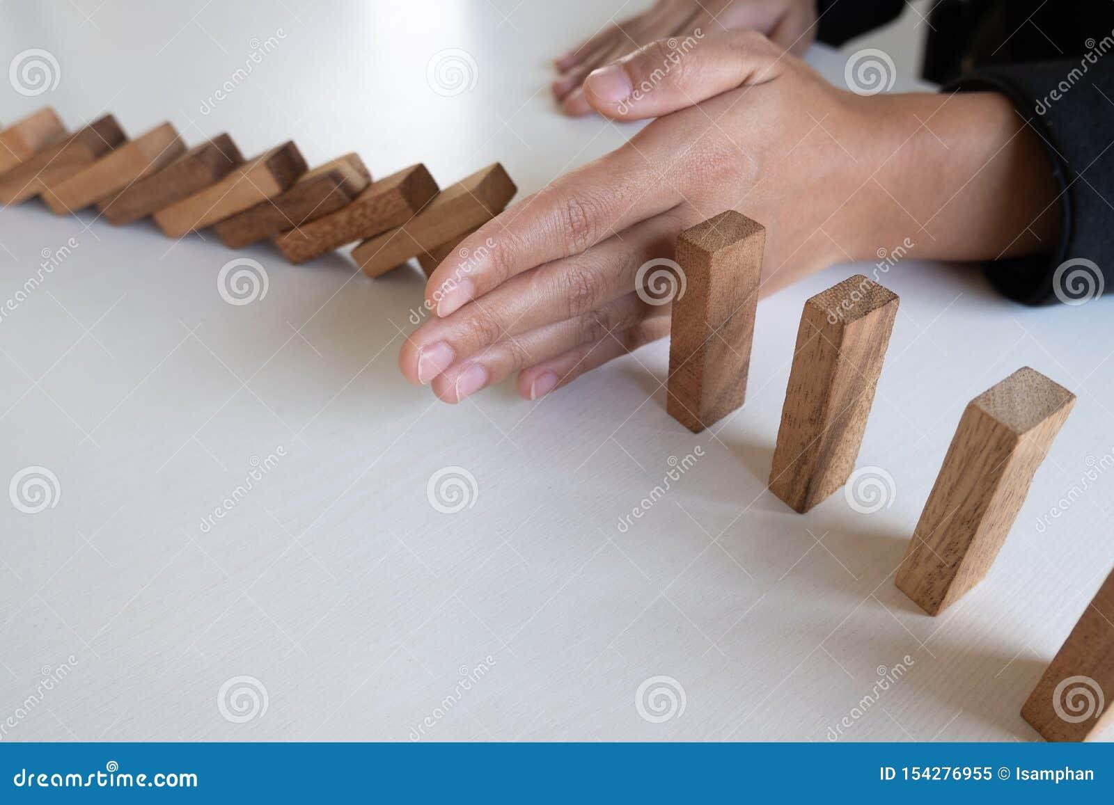 Kobiety ręki przerwy bloków drewniany gacenie inny, pojęcie Zapobiega niepowodzenia od podesłania inny biznes