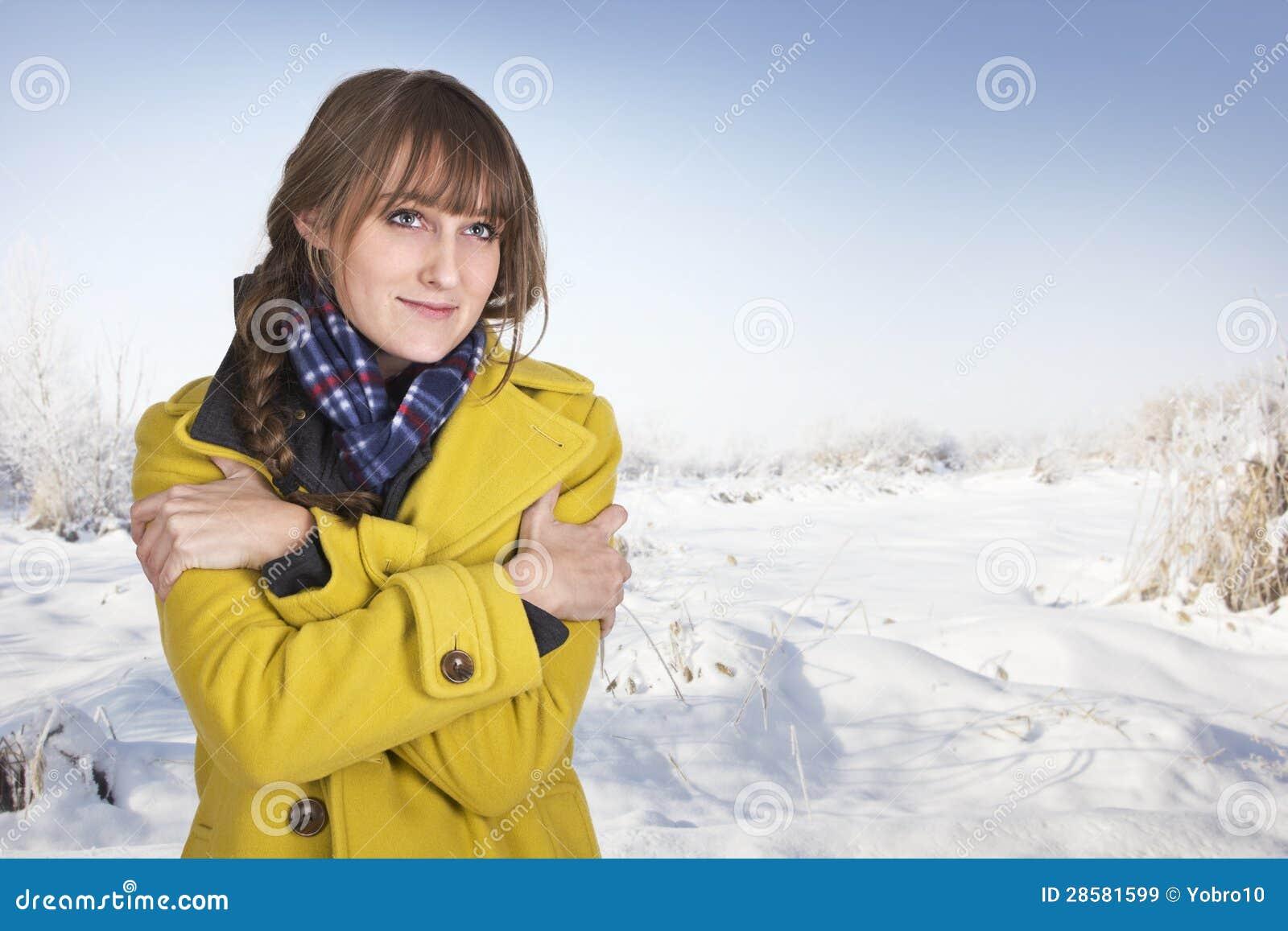 Kobiety rozbijanie na zimnym zima dniu